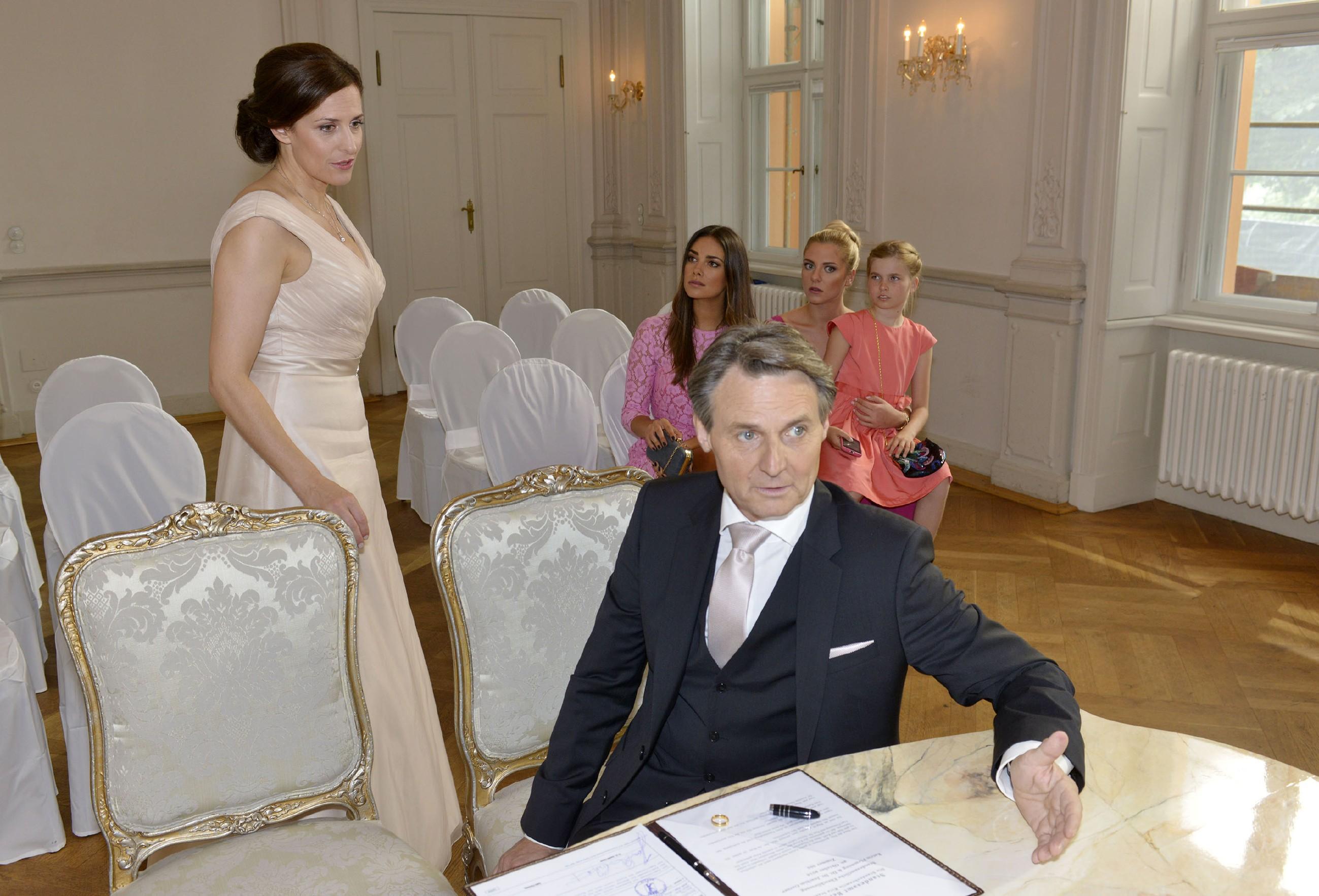 Gerner (Wolfgang Bahro) ist völlig perplex, als Katrin (Ulrike Frank, l.) sich in letzter Sekunde doch noch gegen die Hochzeit entscheidet... (Quelle: RTL / Rolf Baumgartner)