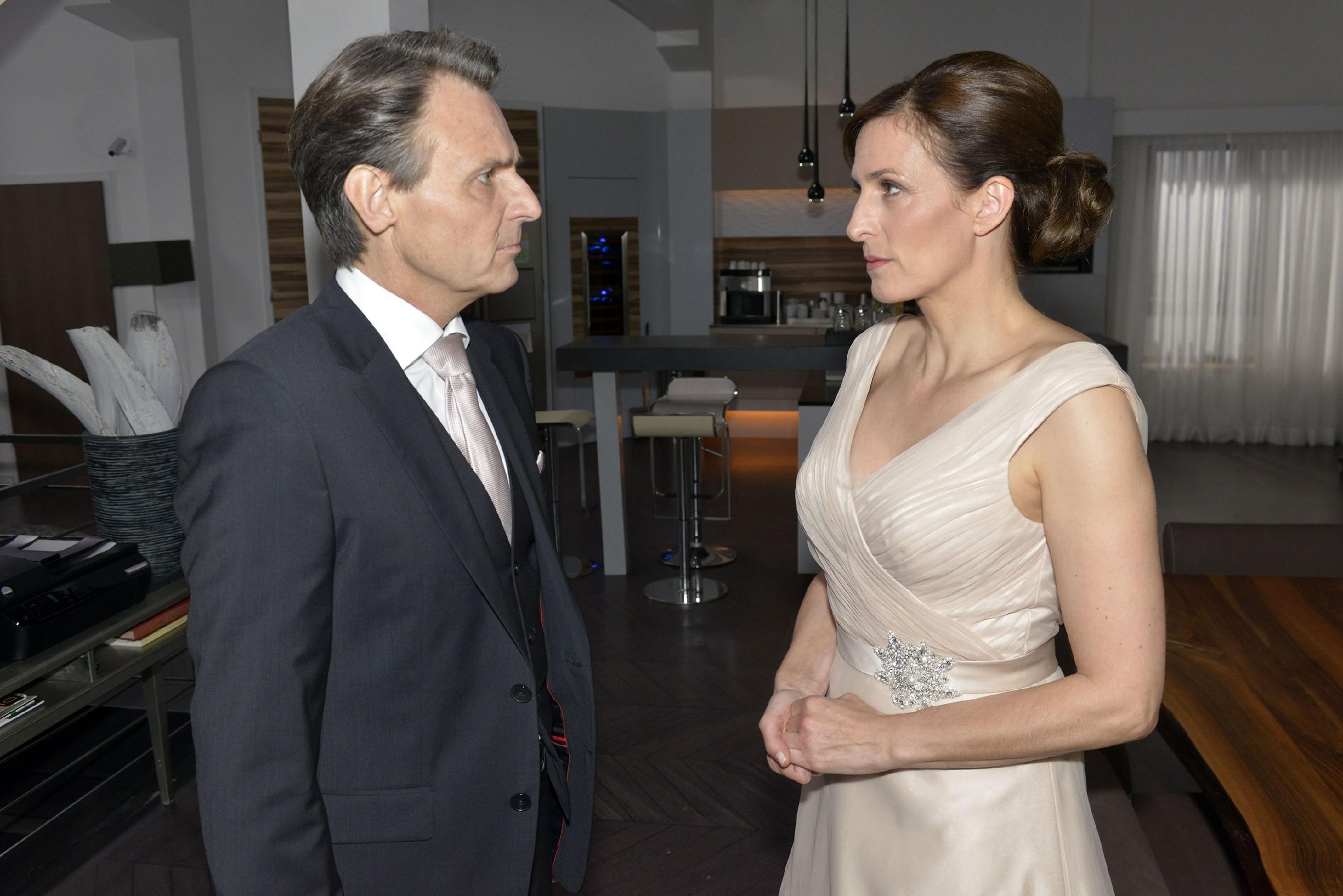 Nach der Feier bekommt Katrin (Ulrike Frank) Gerners (Wolfgang Bahro) tiefe Enttäuschung zu spüren, als er sie auffordert, die Wohnung umgehend zu verlassen. (Quelle: RTL / Rolf Baumgartner)