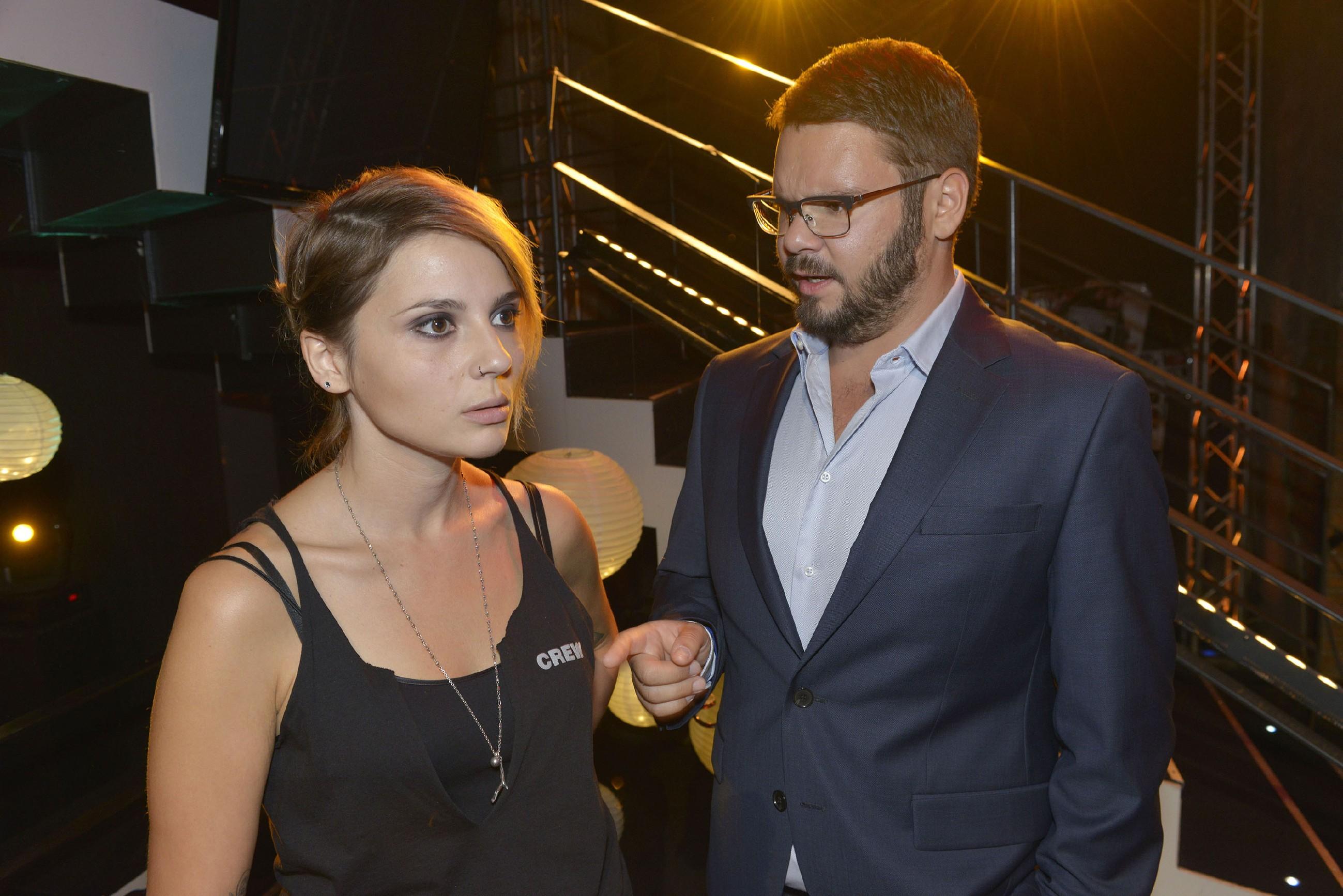 Tuner (Thomas Drechsel) erinnert Anni (Linda Marlen Runge) daran, dass es immer komisch ist, die Ex mit neuen Partnern zu sehen und rät ihr, sich mit Jasmin auszusprechen. (Quelle: RTL / Rolf Baumgartner)