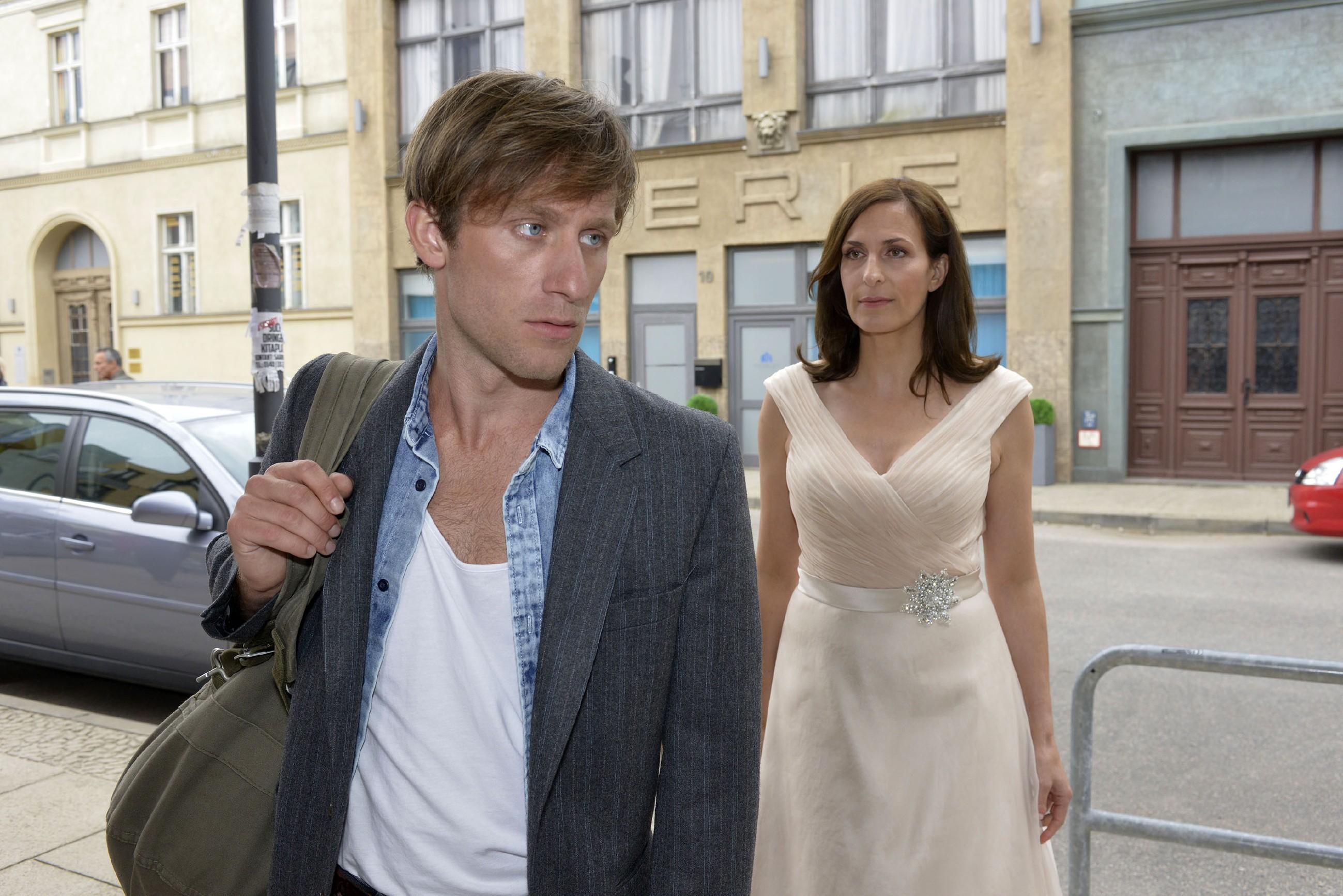 Katrin (Ulrike Frank) ist kurz davor, Bommel (Merlin Leonhardt um eine letzte Chance für sie beide zu bitten, aber der kommt ihr zuvor und weist sie einmal mehr zurück... (Quelle: RTL / Rolf Baumgartner)