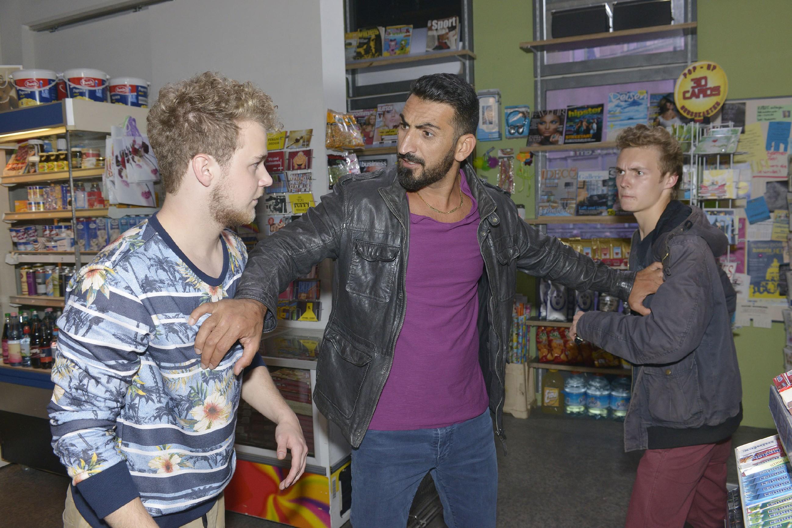Jonas (Felix van Deventer, l.) bekommt Ärger mit Mesut (Mustafa Alin, M.), als er sich im Spätkauf mit einem Mitschüler (Komparse) streitet. (Quelle: RTL / Rolf Baumgartner)
