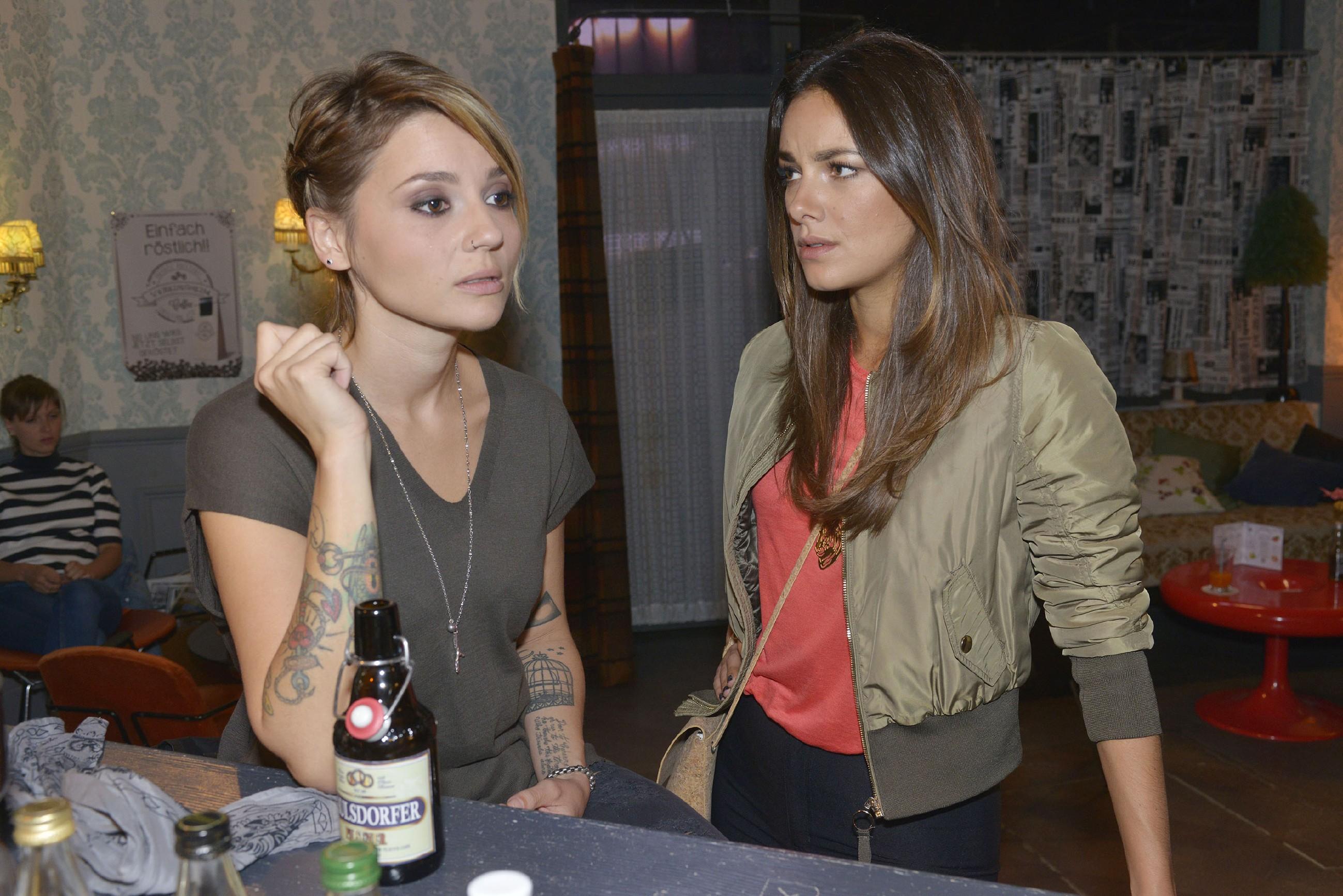 Wird Anni (Linda Marlen Runge, l.) Jasmin (Janina Uhse) die Wahrheit über ihre Beziehung zu Rosa sagen? (Quelle: RTL / Rolf Baumgartner)
