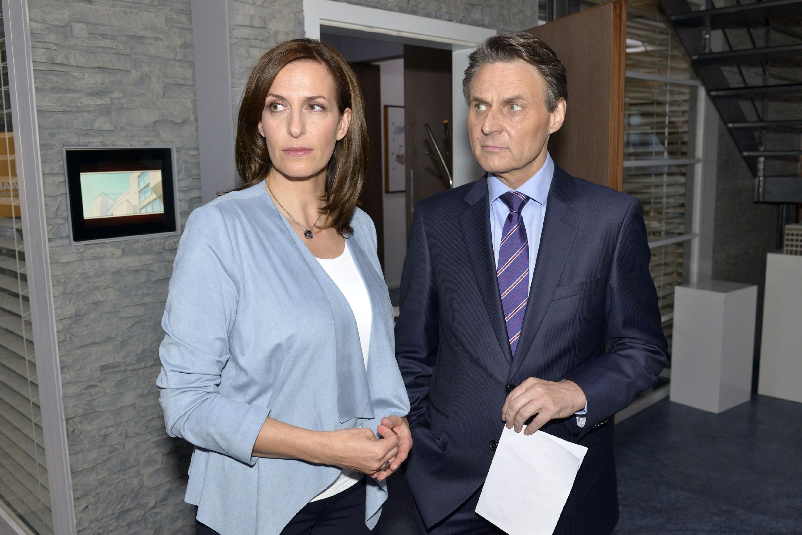 Nach Bommels Kündigung fragt sich Gerner (Wolfgang Bahro), ob zwischen Katrin (Ulrike Frank) und Bommel etwas passiert sein könnte, das seine geplante Ehe mit Katrin gefährdet. (Quelle: RTL / Rolf Baumgartner)