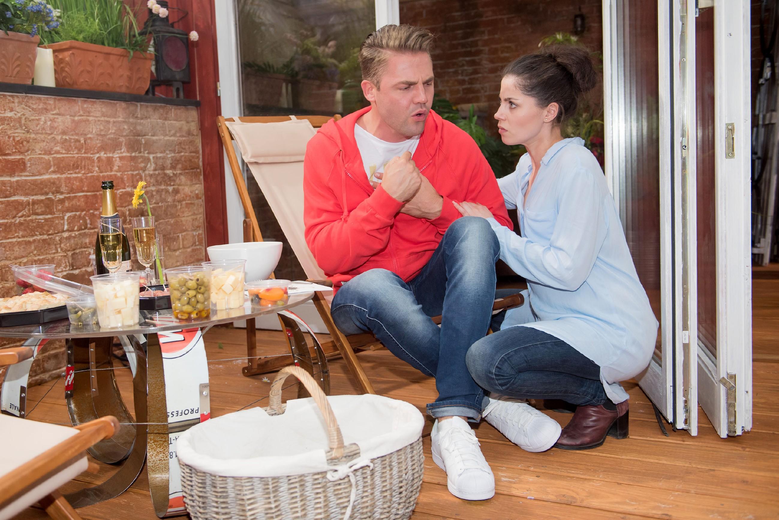 Bambi (Benjamin Heinrich) gerät nach dem Verschlucken des Gegenstands in Panik und bittet Sina (Valea Katharina Scalabrino), ihn ins Krankenhaus zu bringen. (Quelle: RTL / Stefan Behrens)