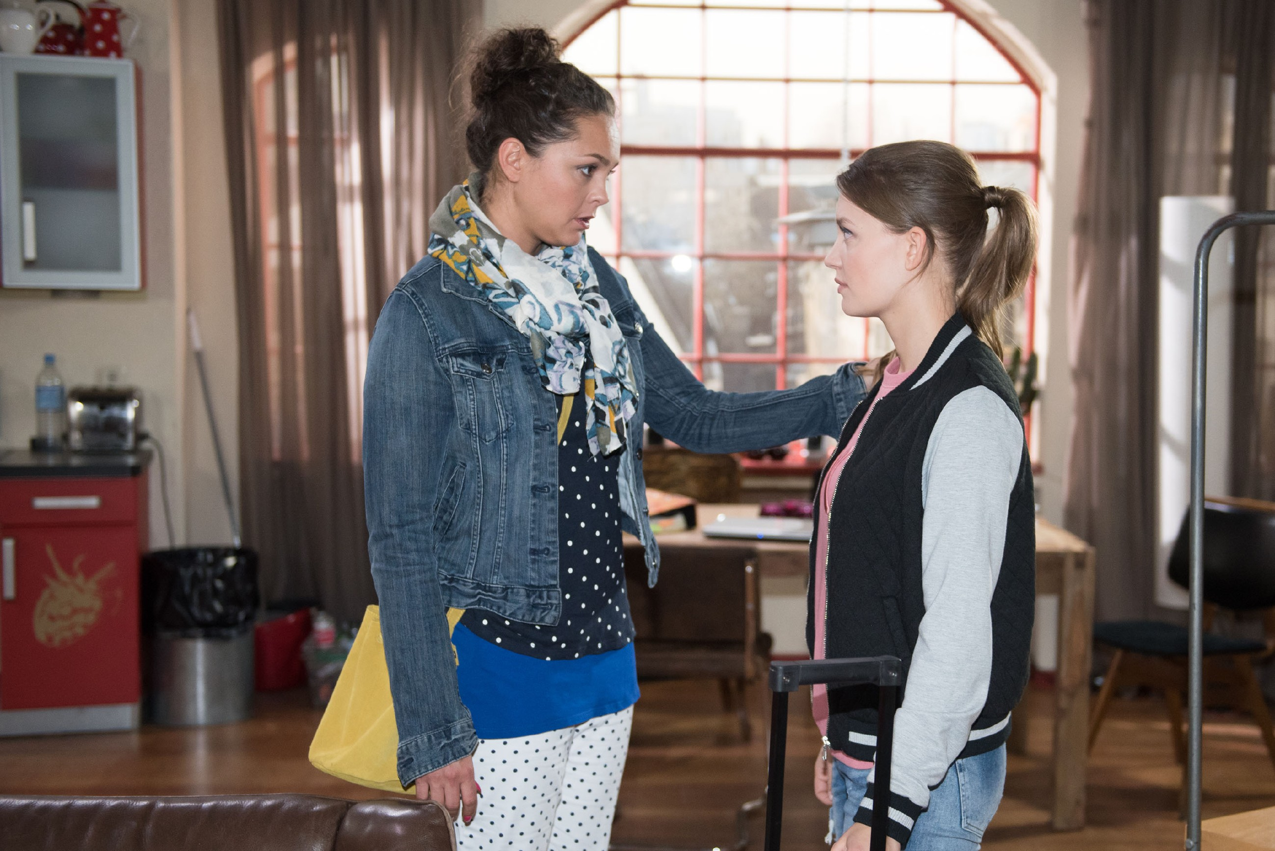 Jules (Amrei Haardt, r.) Liebeskummer erweckt Caros (Ines Kurenbach) Mitgefühl, so dass Caro ihrer Tochter doch noch die Erlaubnis gibt, nach Südafrika zu reisen. (Quelle: RTL / Stefan Behrens)