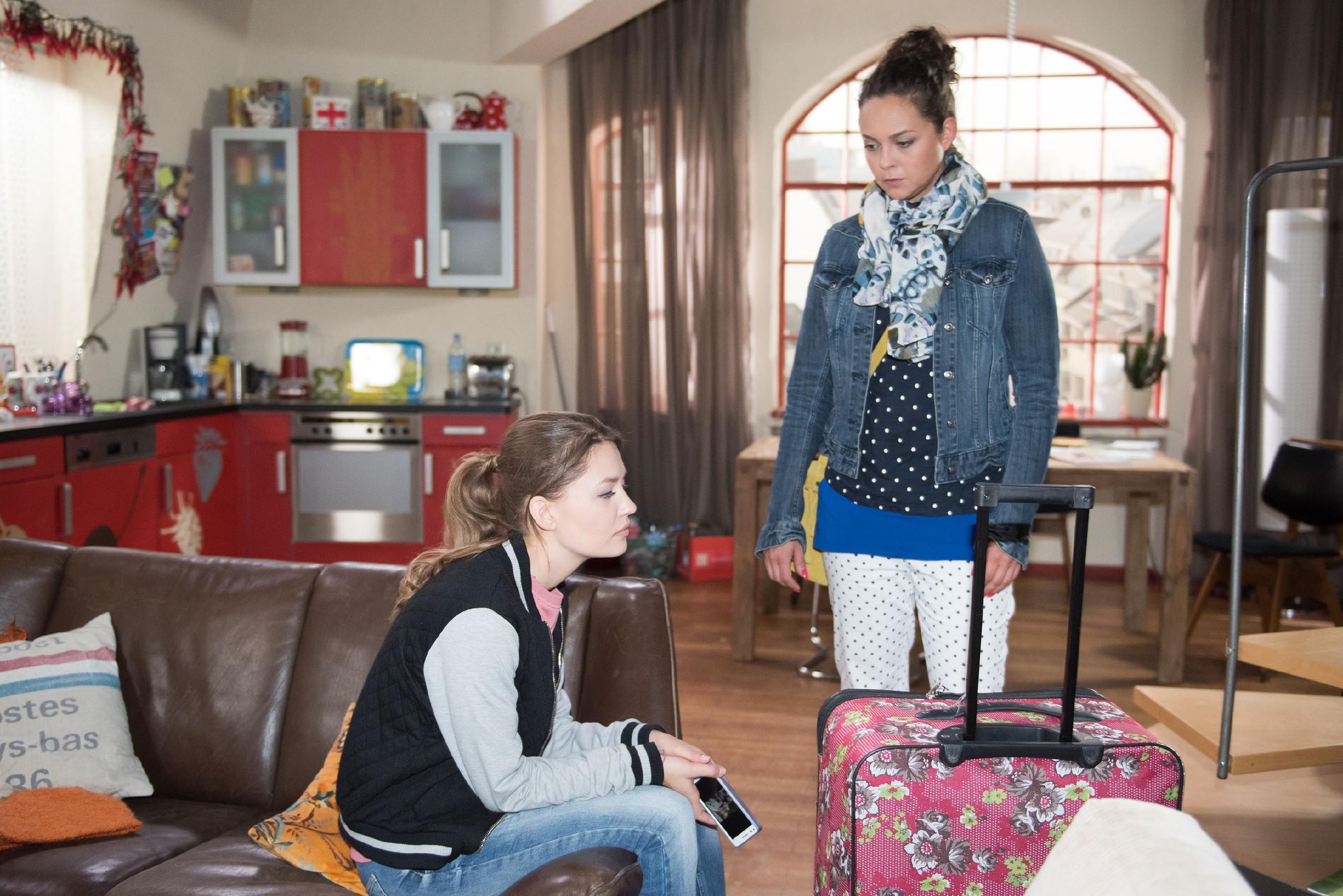 Jules (Amrei Haardt, l.) Liebeskummer wegen Valentin bringt Caro (Ines Kurenbach) mitfühlend zum Umdenken. (Quelle: RTL / Stefan Behrens)