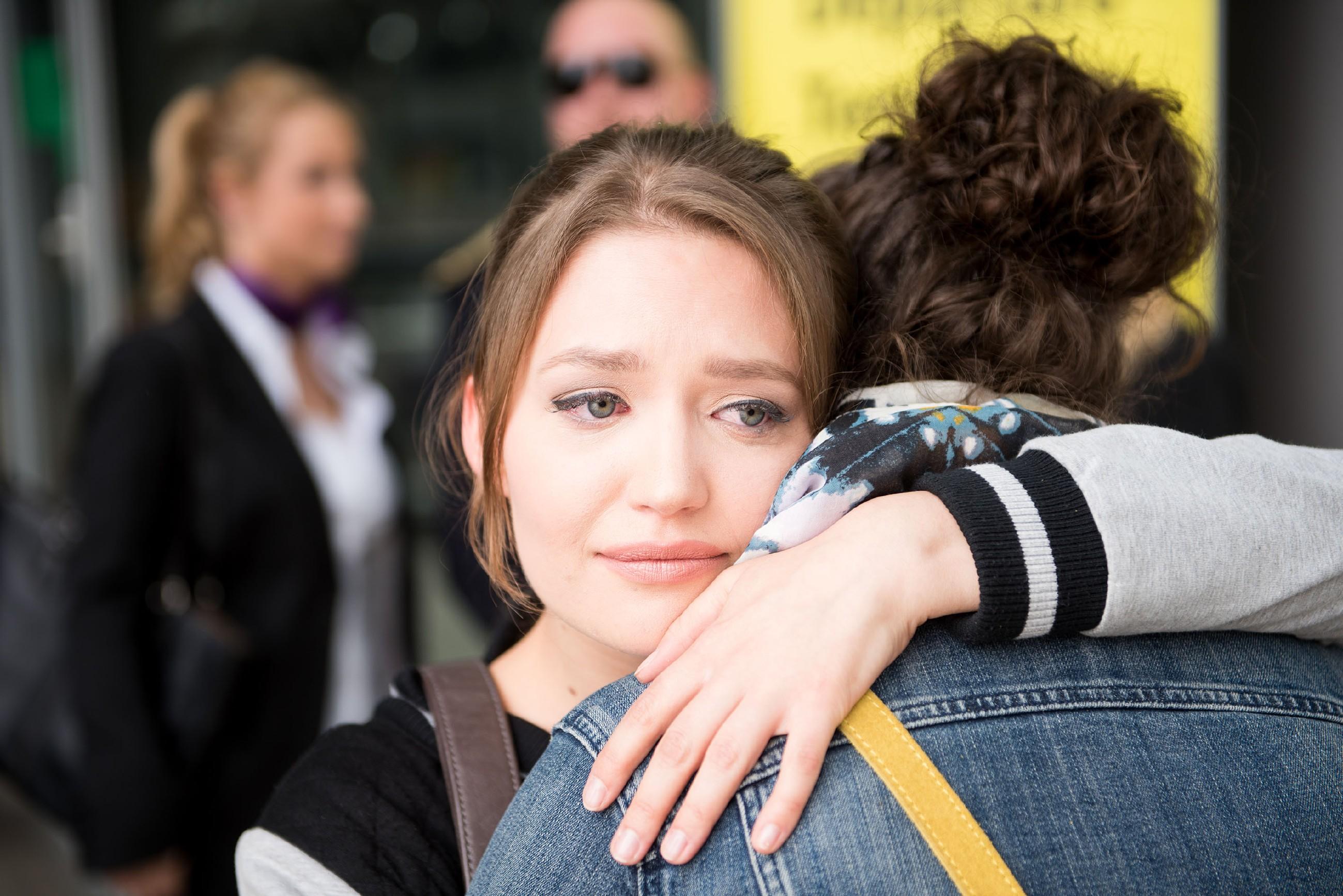 Jule (Amrei Haardt, l.) verabschiedet sich wehmütig von ihrer Mutter Caro (Ines Kurenbach, Rückansicht), um nach Südafrika zu reisen. (Quelle: RTL / Stefan Behrens)