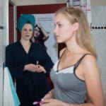 Elli (Nora Koppen, l.) wird durch KayC (Pauline Angert) auf eine Idee gebracht, wie sie Pacos Geburtstag doch noch retten kann. (Quelle: RTL / Stefan Behrens)