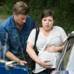 Christoph (Lars Korten) sorgt sich um Vanessa (Julia Augustin) und das Baby, als plötzlich die Wehen einsetzen und das Auto nicht anspringt... (Quelle: RTL / Kai Schulz)