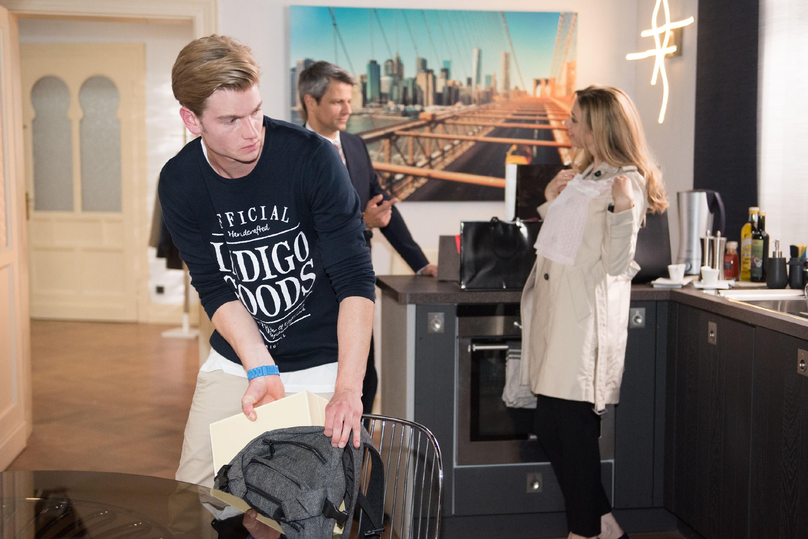 Während Benedikt (Jens Hajek, M.) und Andrea (Kristin Meyer) ahnungslos sind, genießt es Valentin (Aaron Koszuta, l.), sich heimlich gegen seinen Vater zu stellen. (Quelle: RTL / Stefan Behrens)