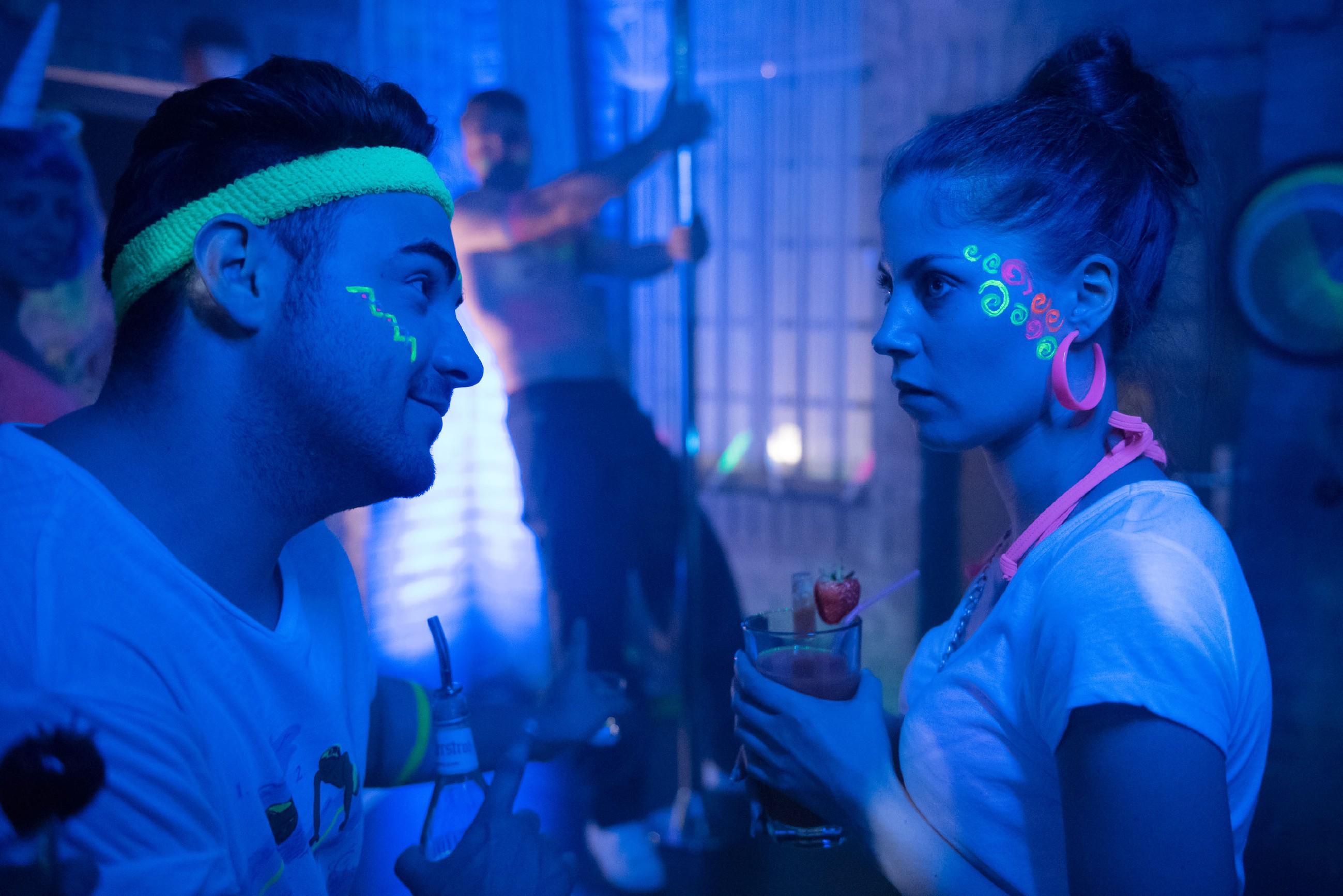 Easy (Lars Steinhöfel, l.) trifft bei der Werkstattparty auf Sina (Valea Katharina Scalabrino), die ihren Augen nicht traut, als sie den strippenden Bambi (Benjamin Heinrich, hinten) entdeckt... (Quelle: RTL / Stefan Behrens)