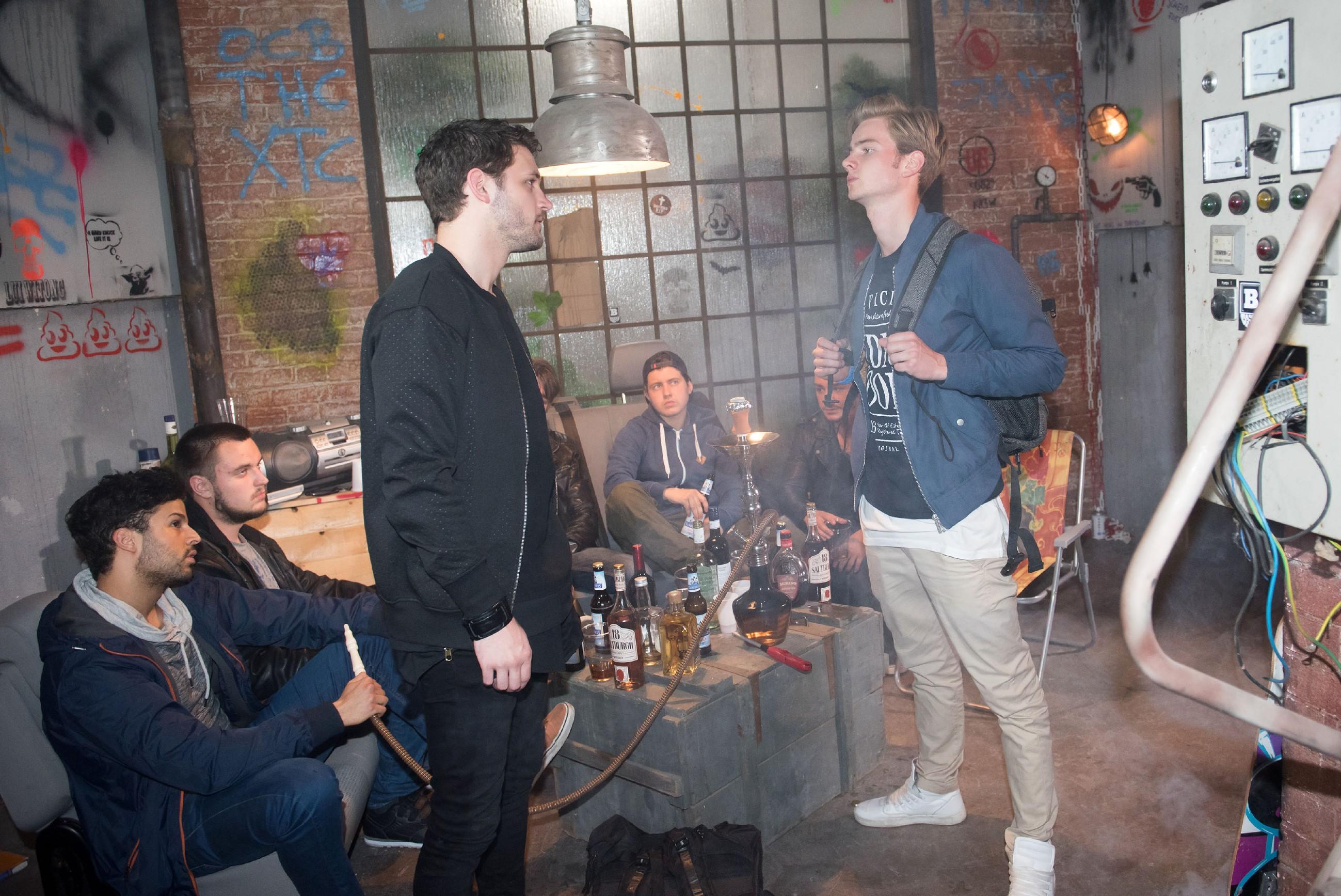 Valentin (Aaron Koszuta, r.) kann nicht verhindern, dass Mario (Arne Rudolf) und die Gang aufbricht, um die Schillerallee aufzumischen. (Quelle: RTL / Stefan Behrens)