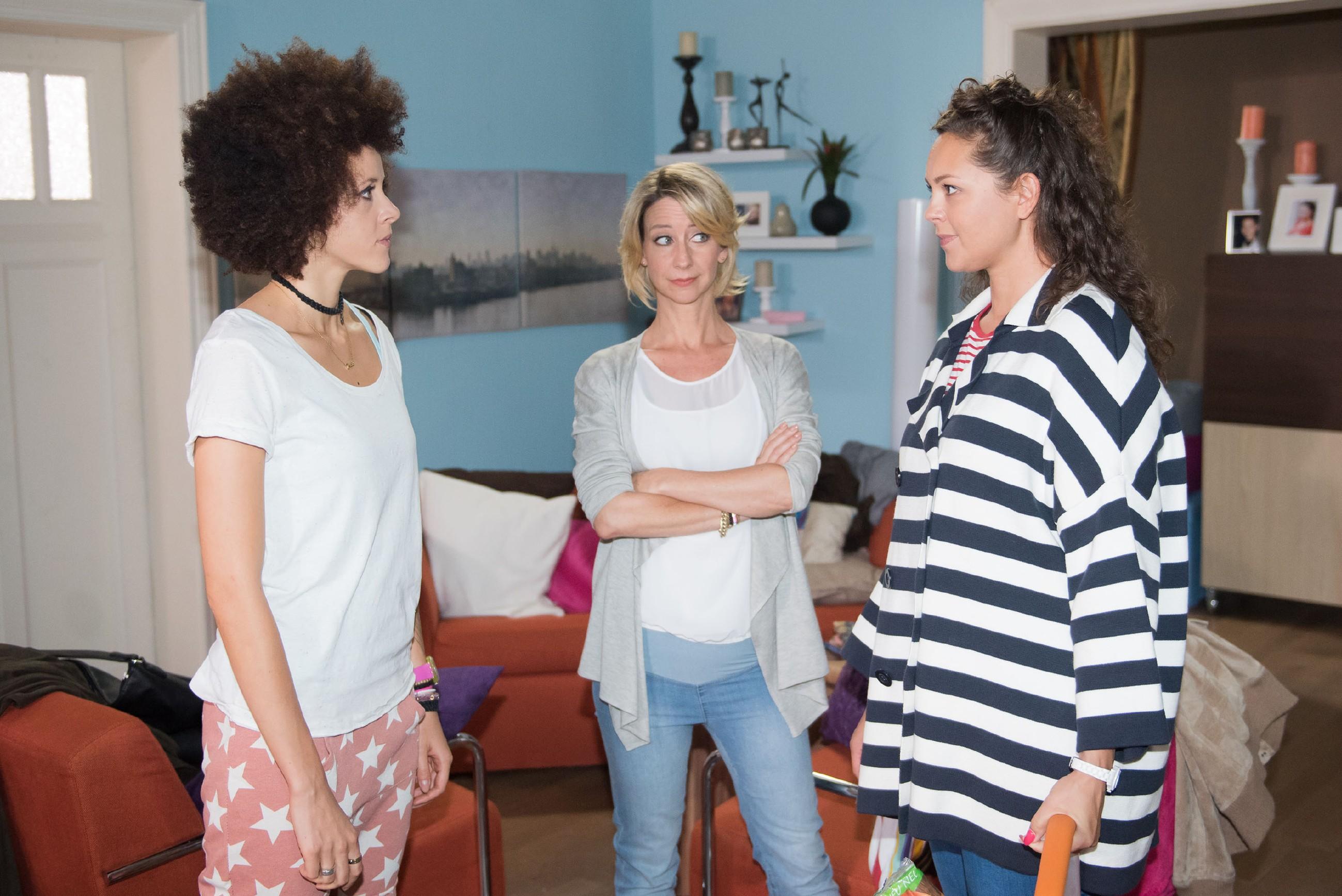 Caro (Ines Kurenbach, r.) trifft im Beisein von Ute (Isabell Hertel, M.) unverhofft auf Micki (Joy Lee Juana Abiola-Müller), die Noch-Ehefrau ihres neuen Freundes. (Quelle: RTL / Stefan Behrens)