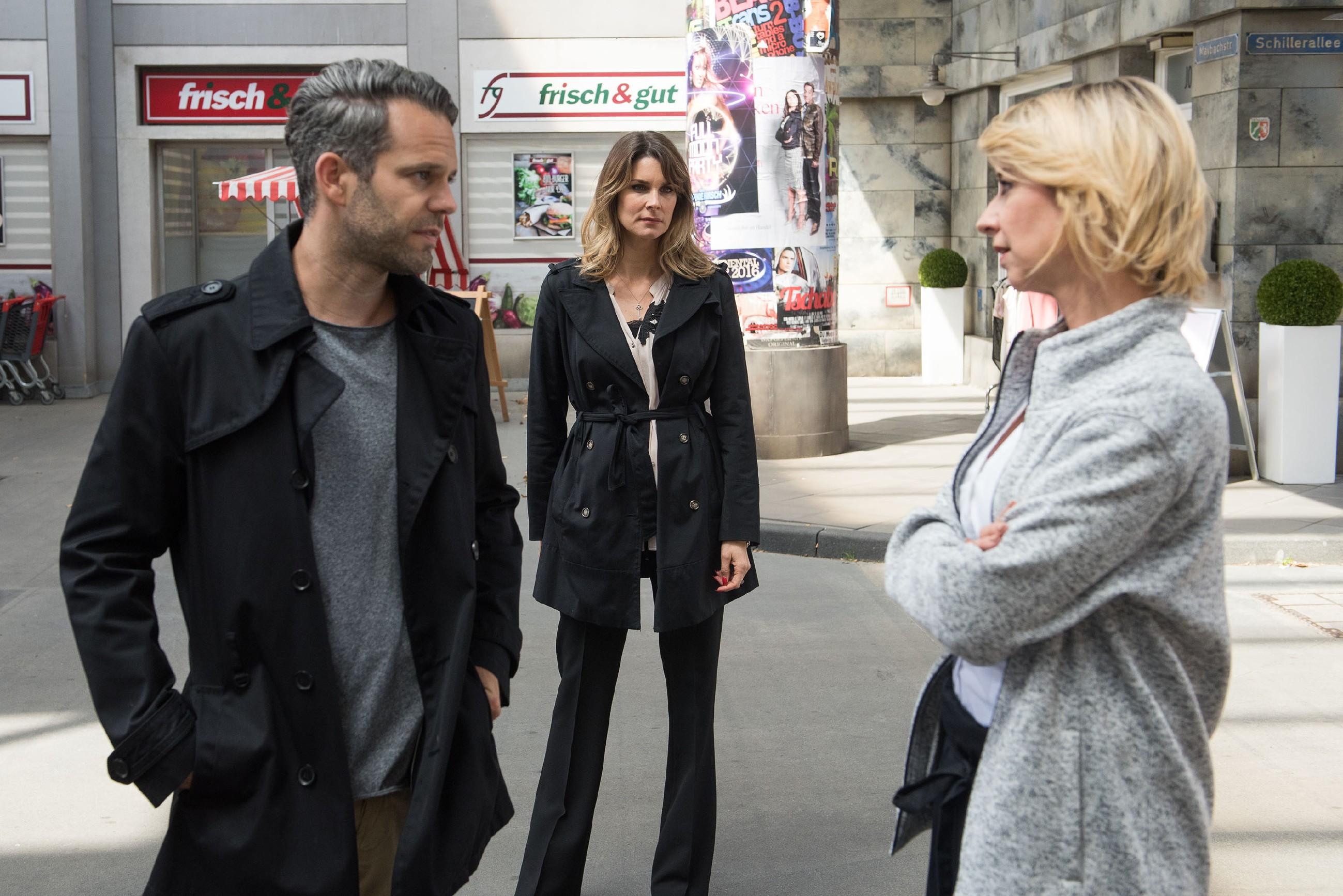 Eva (Claudelle Deckert, M.) sieht sich in ihrem Verdacht bestätigt, als sie einen gelösten Moment zwischen Ute (Isabell Hertel) und Till (Ben Ruedinger) beobachtet. (Quelle: RTL / Stefan Behrens)