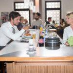 Ute (Isabell Hertel) wollte eigentlich nur ein bisschen im Schiller arbeiten und landet unverhofft in einem Flirt mit dem attraktiven Harald (René Geisler). (Quelle: RTL / Stefan Behrens)
