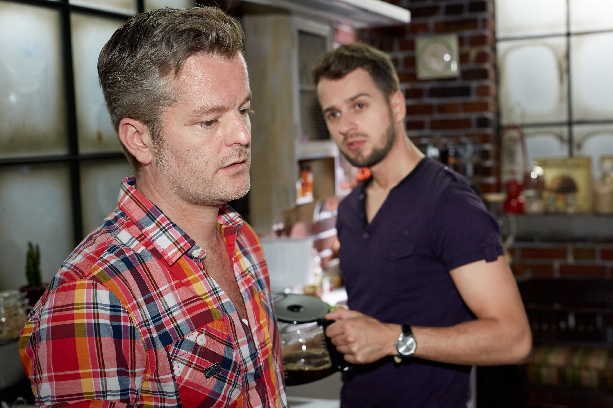 Tobi (Michael Jassin, r.) appelliert an Ingo (André Dietz), einen Neuanfang mit Diana zu wagen.