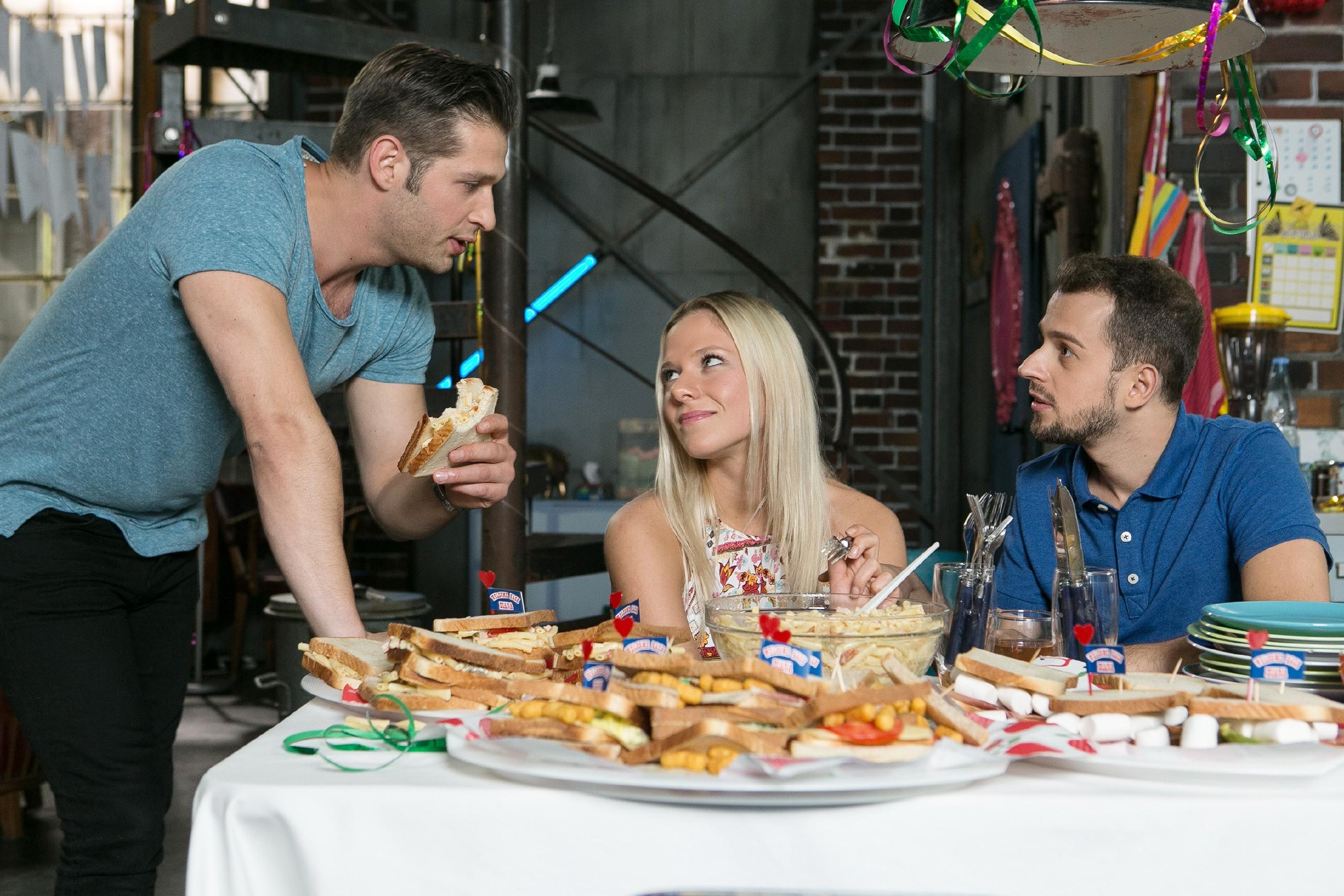 Deniz (Igor Dolgatschew, l.) wird von Marie (Cheyenne Pahde) und Tobi (Michael Jassin) zum Thema Jenny ausgefragt.