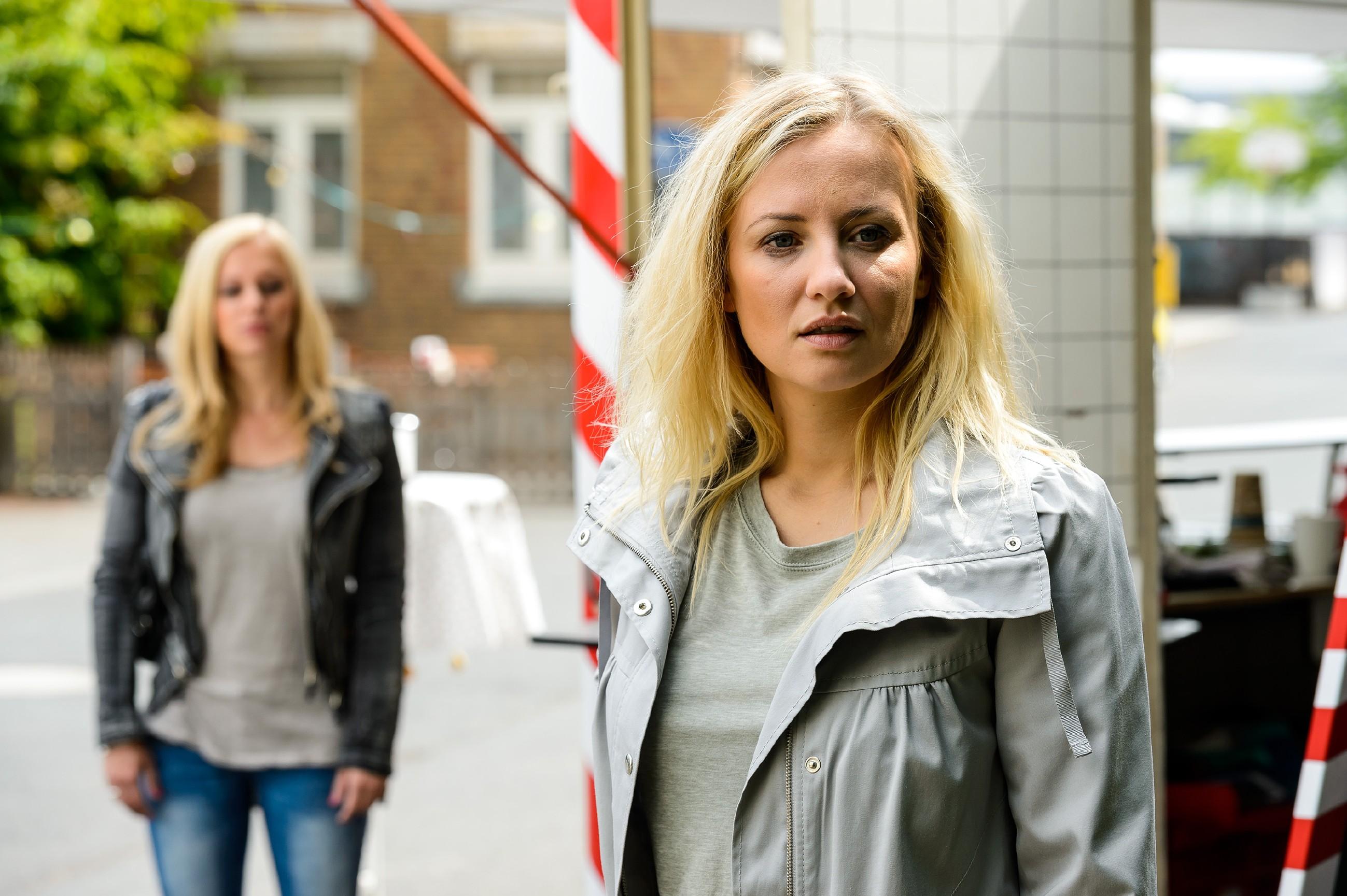Lena (Juliette Greco, l.) trifft auf die völlig aufgelöste Isabelle (Ania Niedieck) und versucht ihr Mut zu machen.