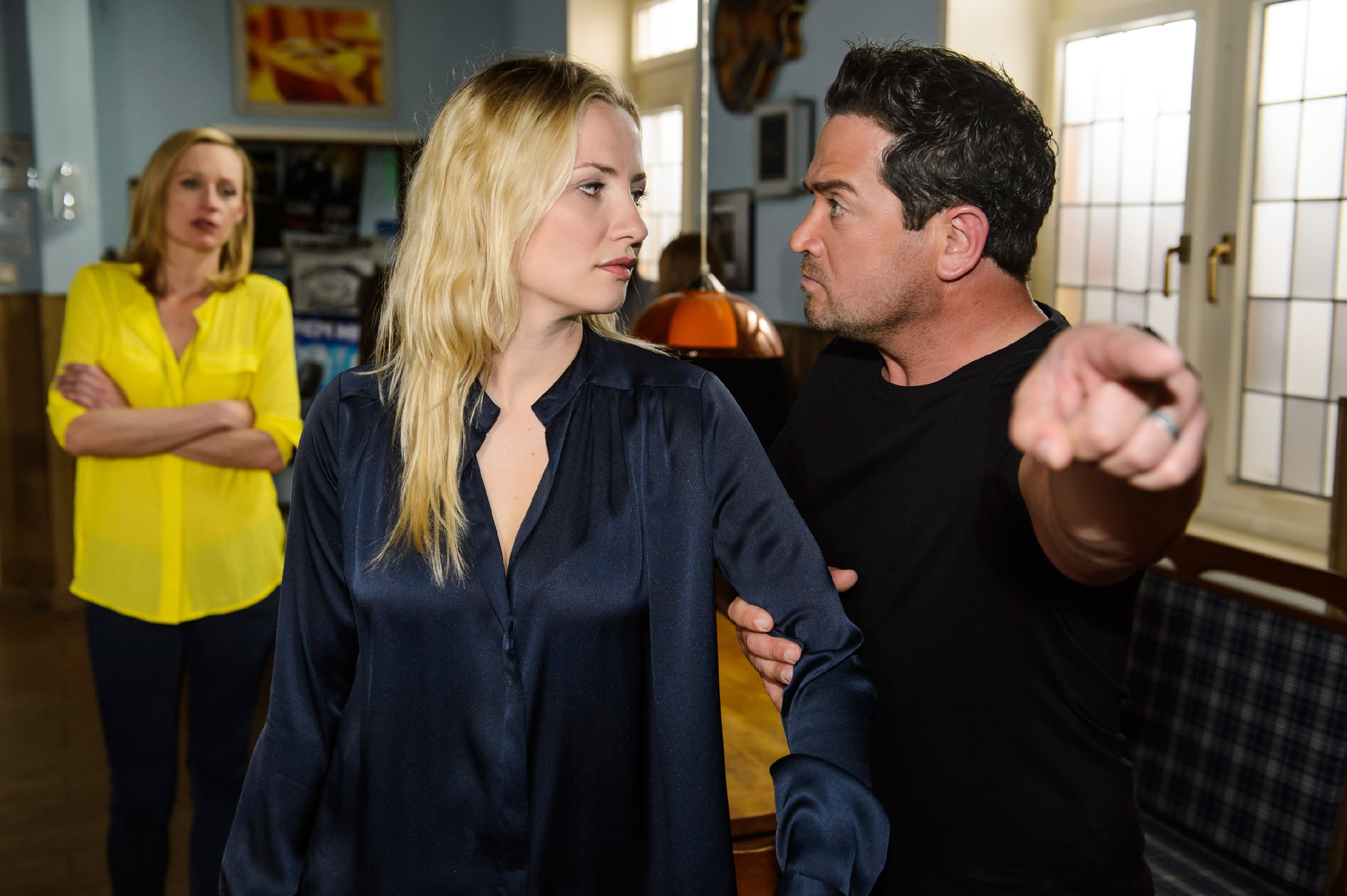 Marian (Sam Eisenstein) erkennt empört, dass offenbar Isabelle (Ania Niedieck) hinter dem Gambas-Diebstahl steckt und verweist Isabelle vor Sonjas (Barbara Sotelsek) Augen der Kneipe.