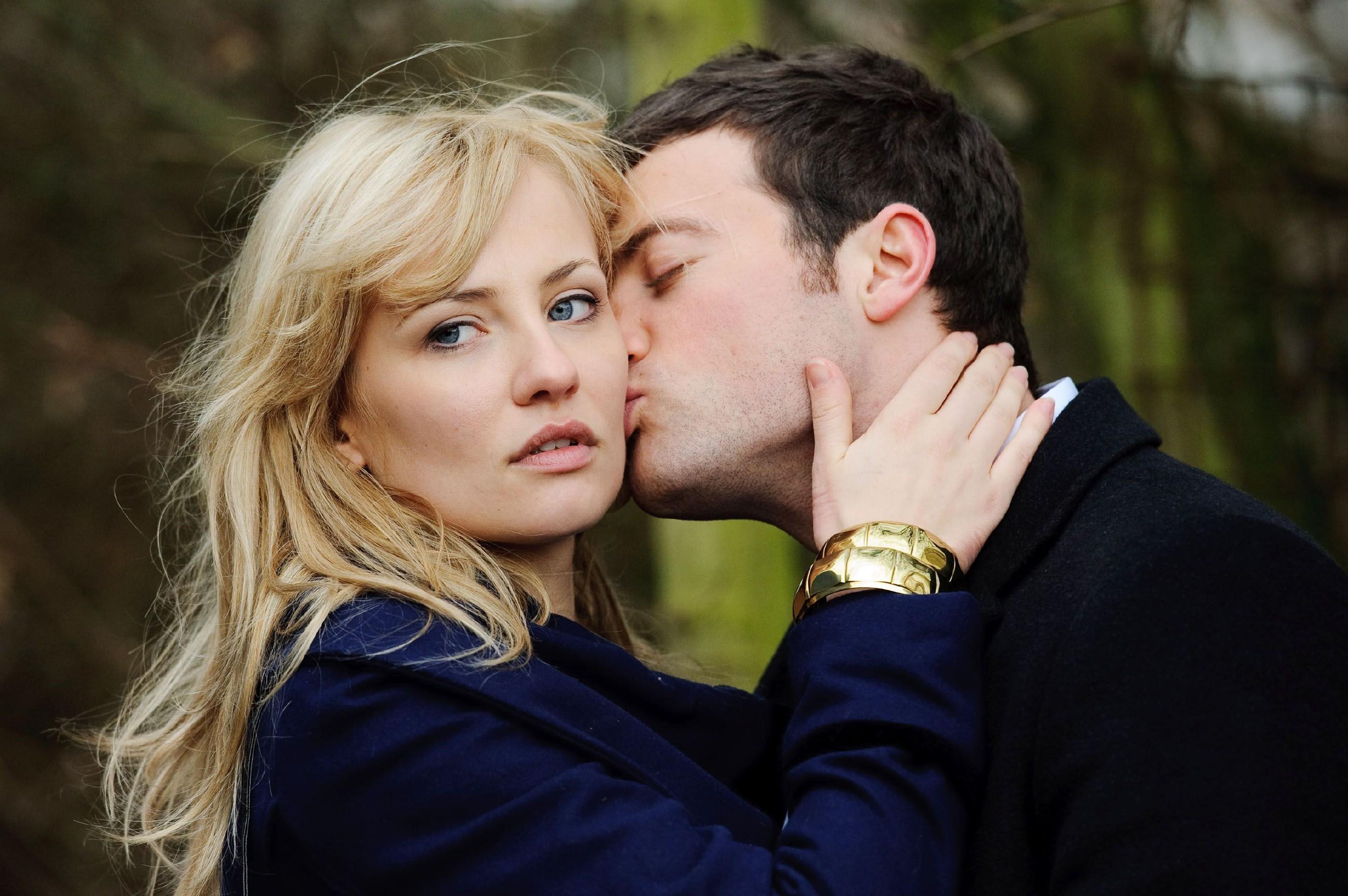 Isabelle (Ania Niedieck) entdeckt, dass ihr heimliches Treffen mit Ben (Jög Rohde) von Katja beobachtet wird.
