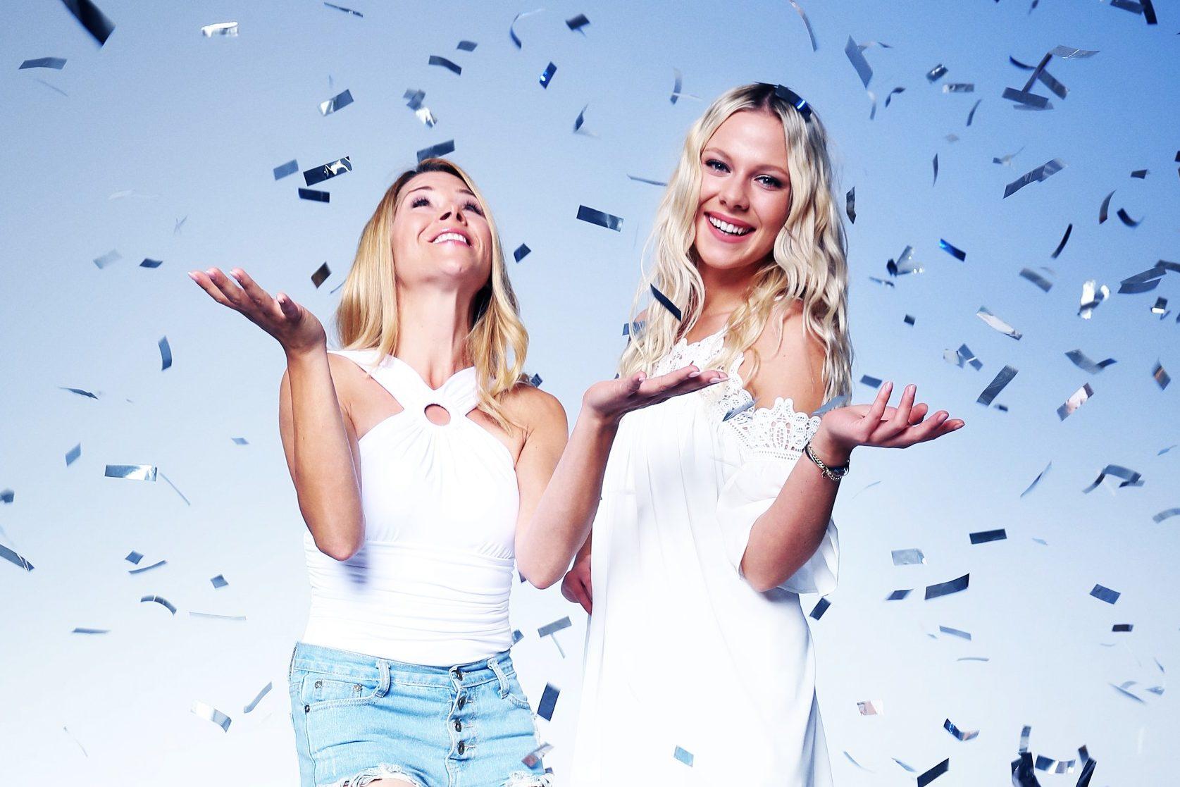 """Tanja Szewczenko (r.) und Cheyenne Pahde feiern """"10 Jahre - Alles was zählt""""."""