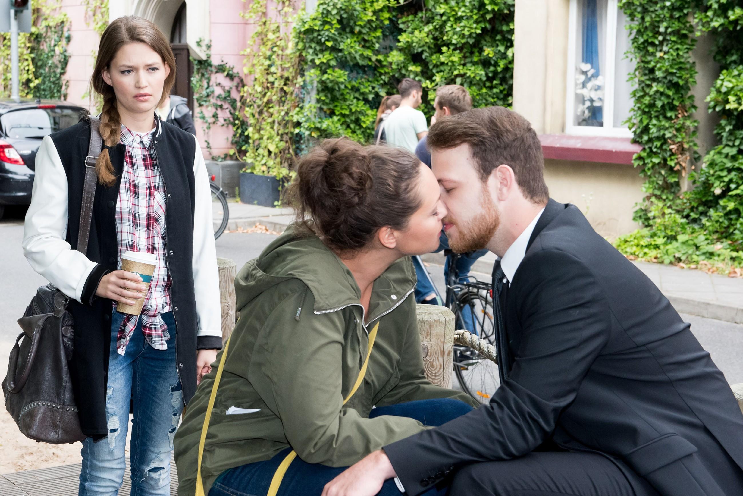 Jule (Amrei Haardt, l.) erkennt fassungslos, dass ihre Mutter Caro (Ines Kurenbach) und Tobias (Patrick Müller) offenbar ein Paar sind...