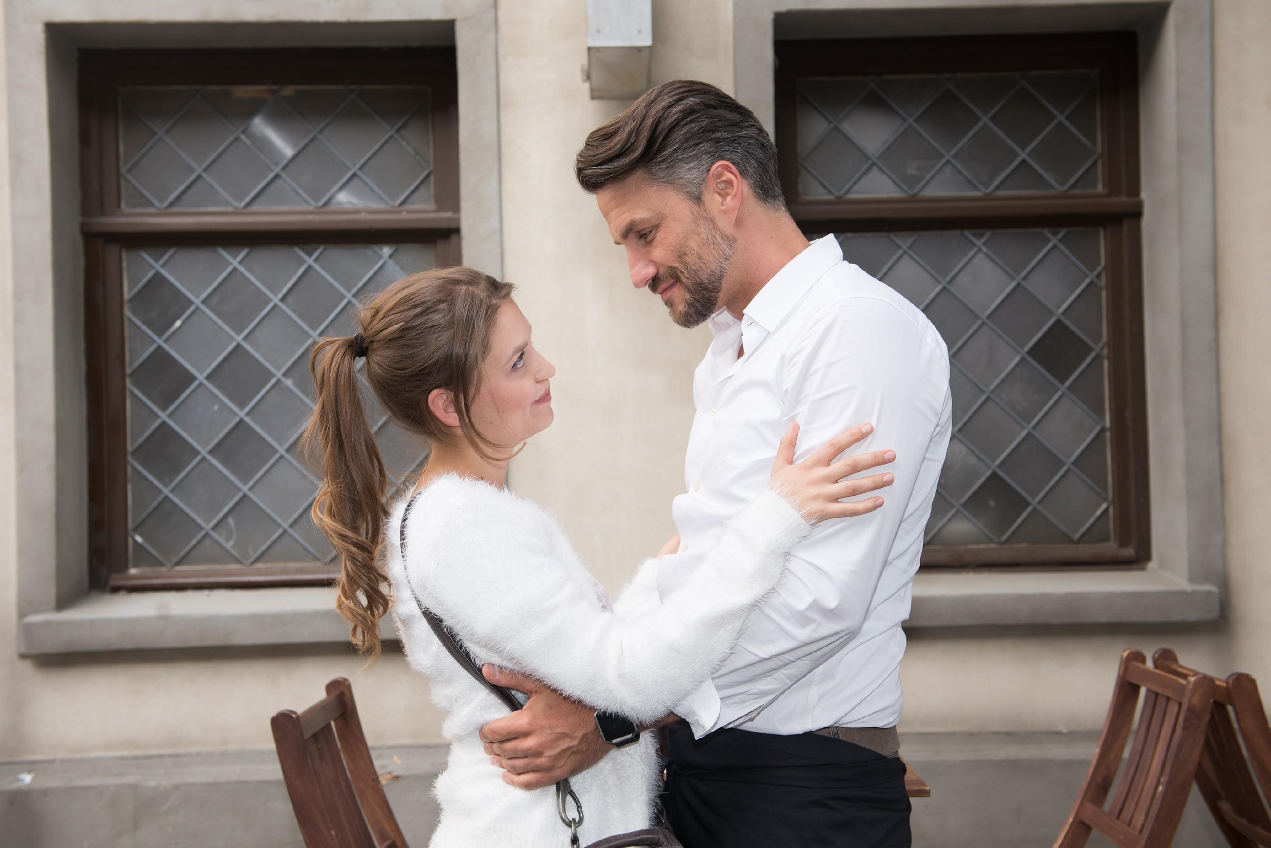 Jule (Amrei Haardt) ist erleichtert, dass sich ihr Verhältnis zu Malte (Stefan Bockelmann) nach Caros Fremdgehen nicht verändert hat.