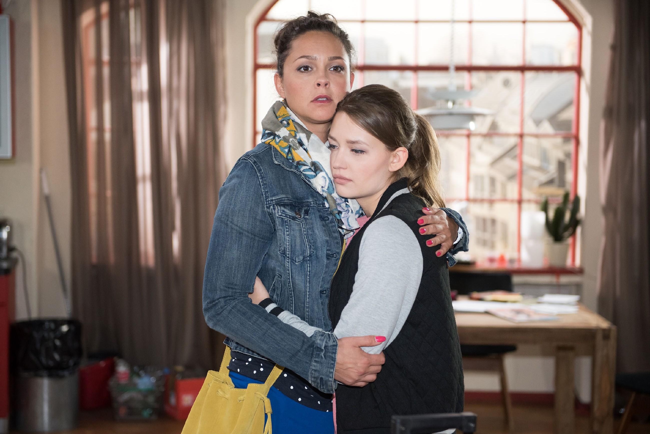 Jules (Amrei Haardt, r.) Liebeskummer erweckt Caros (Ines Kurenbach) Mitgefühl, so dass Caro ihrer Tochter doch noch die Erlaubnis gibt, nach Südafrika zu reisen.
