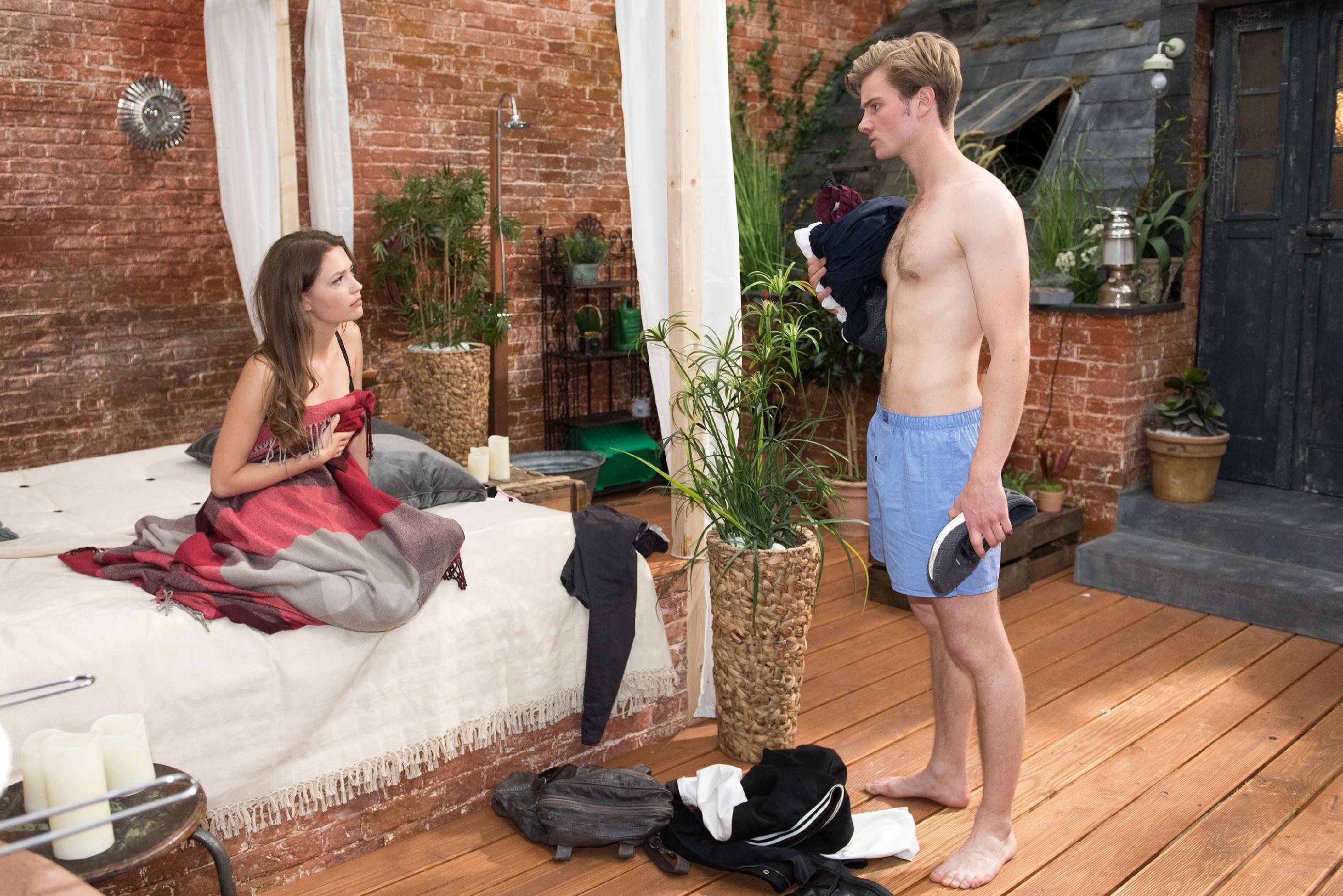 Als Valentin (Aaron Koszuta) klar wird, dass er Jule (Amrei Haardt) nicht schützen kann, solange er mit Marios Ex zusammen ist, trennt er sich von ihr.