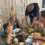 Theo,re. verkündet, dass er bald den neuen Pachvertrag für eine neue Bar unterschreiben wird. Theo verprellt Basti und Paula, als er ein überraschendes Vorhaben offenbart. v.l.n.r.: Paula, Peggy, Theo, Basti. (Quelle: RTL 2)
