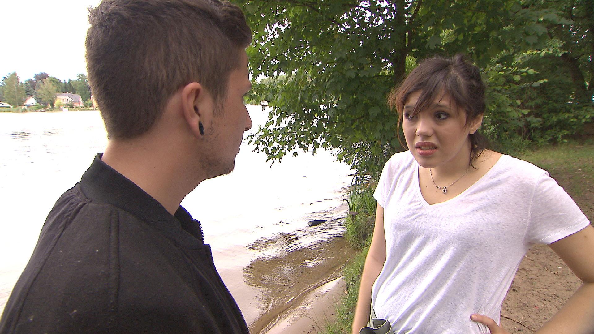 Aylin,re. lässt sich von von ihrem Freund zu einem Tag mit der Clique am See überreden. Doch zu Aylins Entsetzen taucht dort auch Jannes,li. auf. (Quelle: RTL 2)