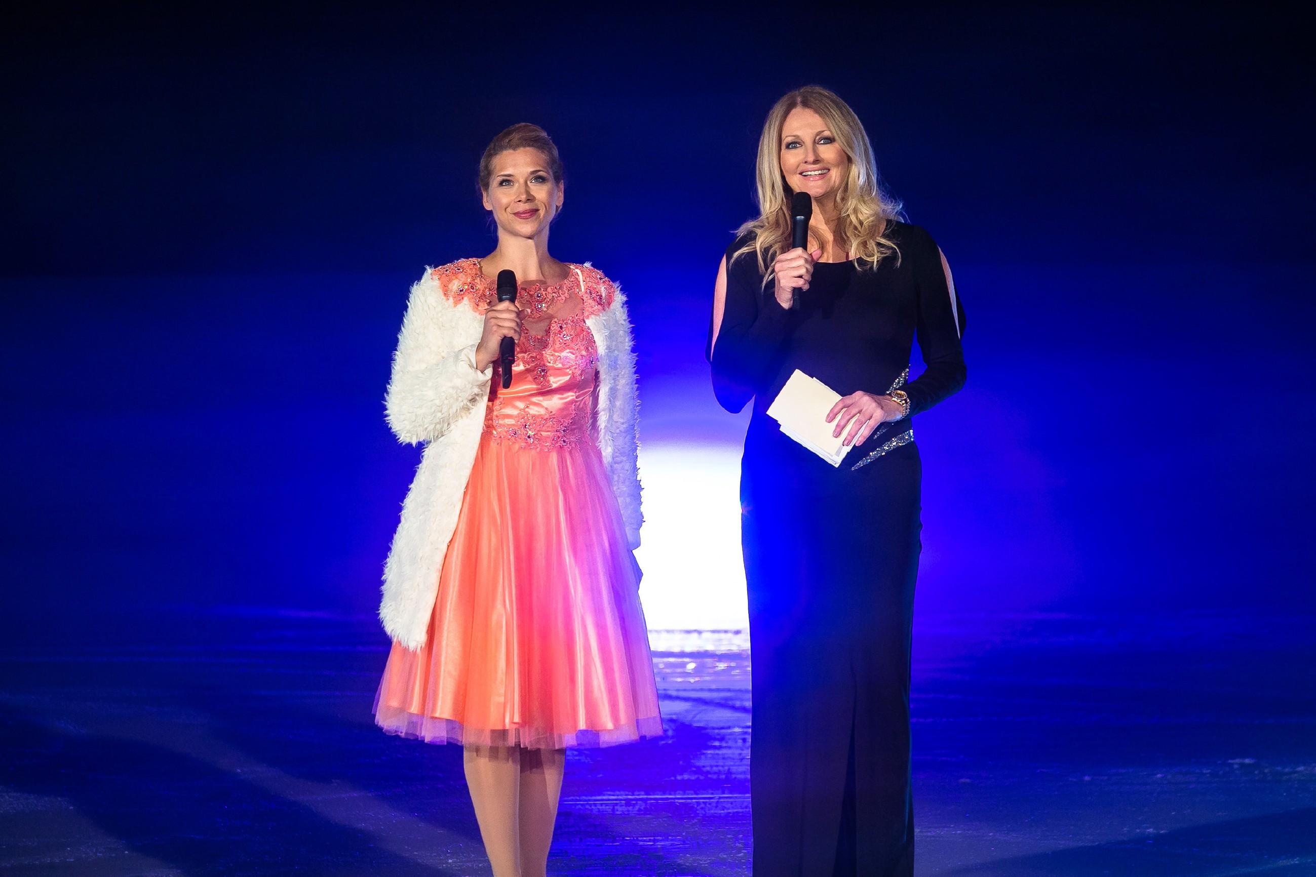 Diana (Tanja Szewczenko, l.) kündigt mit der prominenten Moderatorin Frauke Ludowig das nächste Highlight der Eis-Gala an: die Kür von Marie und Michelle.