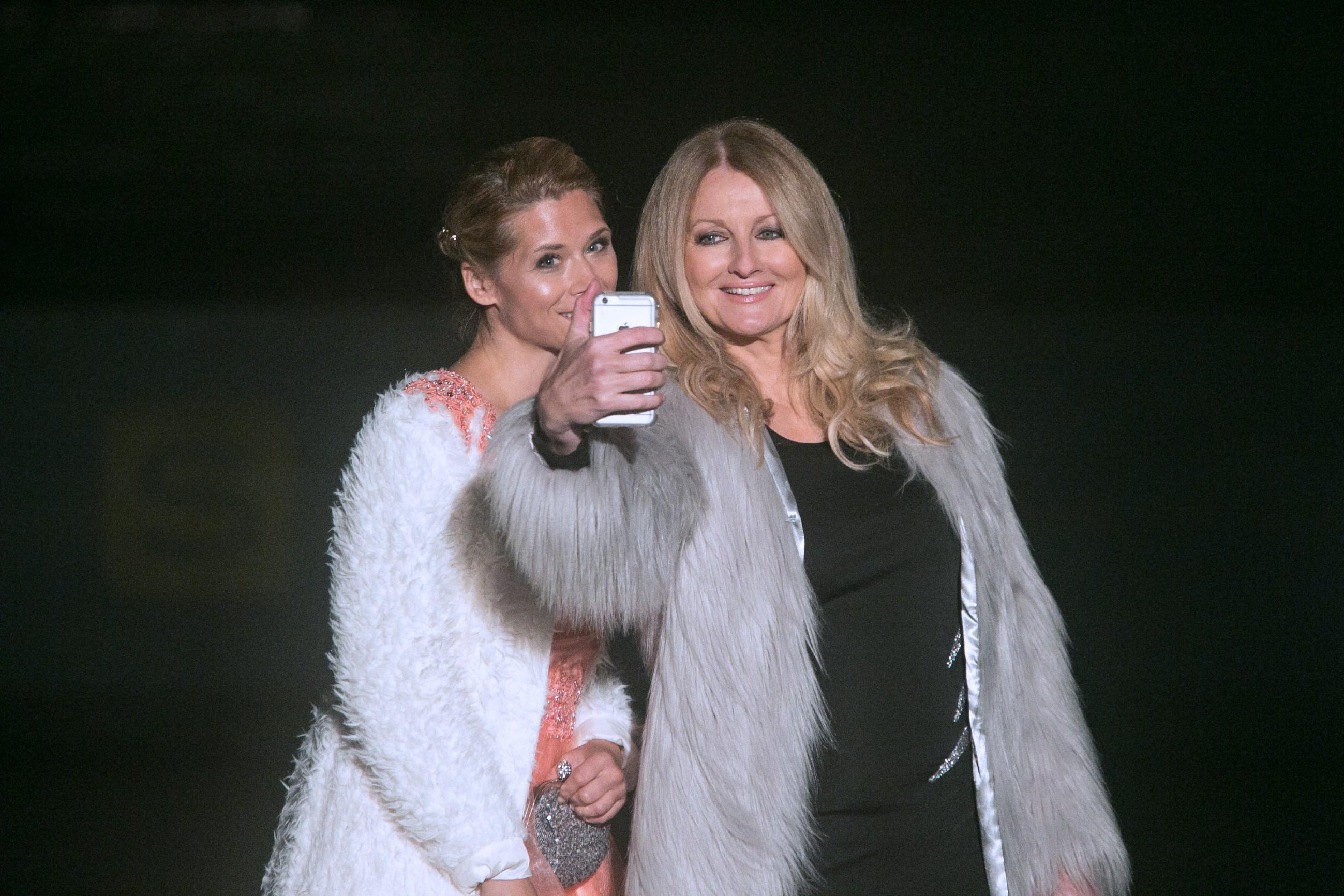 Diana (Tanja Szewczenko, l.) und die Moderatorin Frauke Ludowig