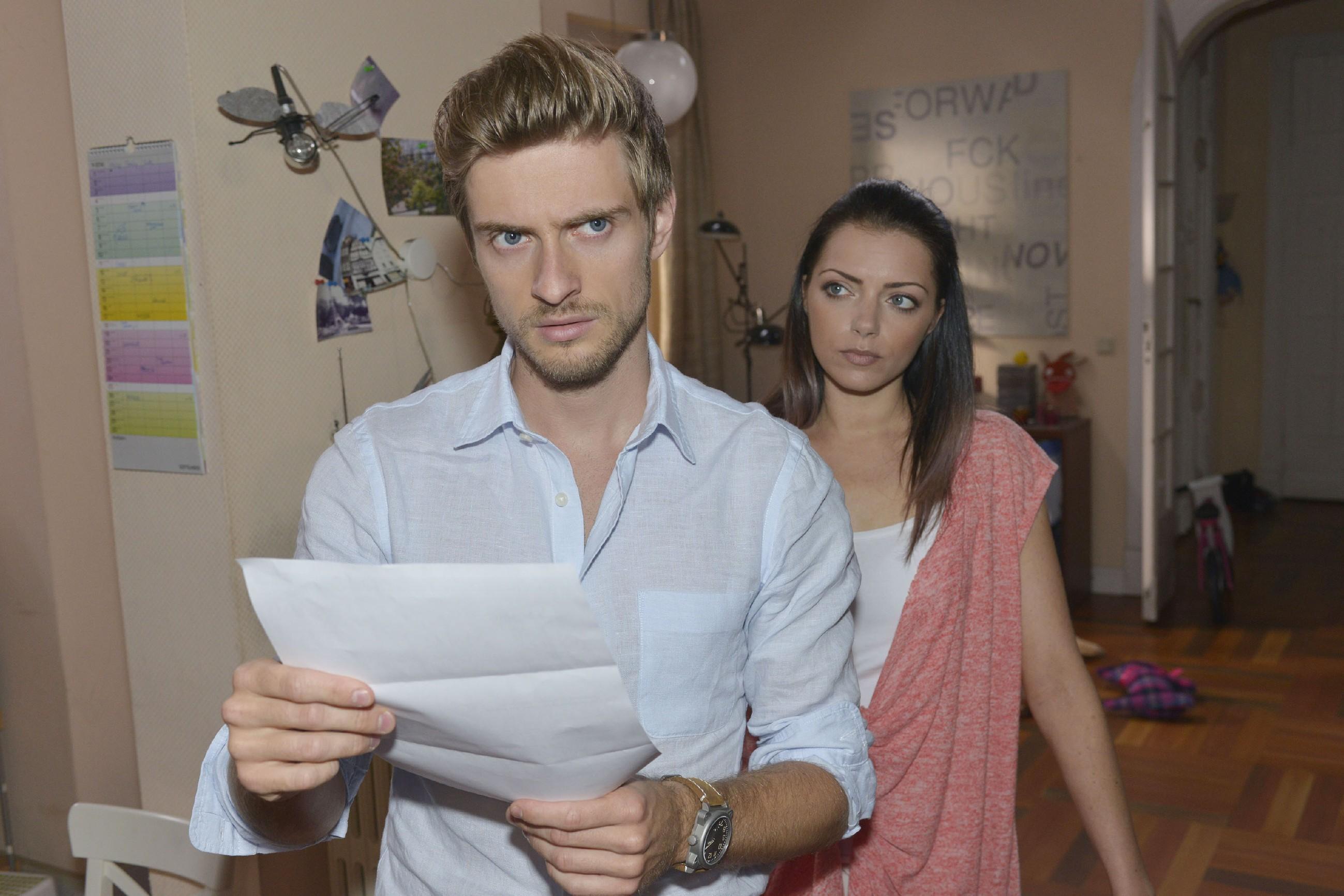 Philip (Jörn Schlönvoigt) und Emily (Anne Menden) sind entsetzt: Jemand hat Philips Identität geklaut und ist in seinem Namen alkoholisiert Auto gefahren...