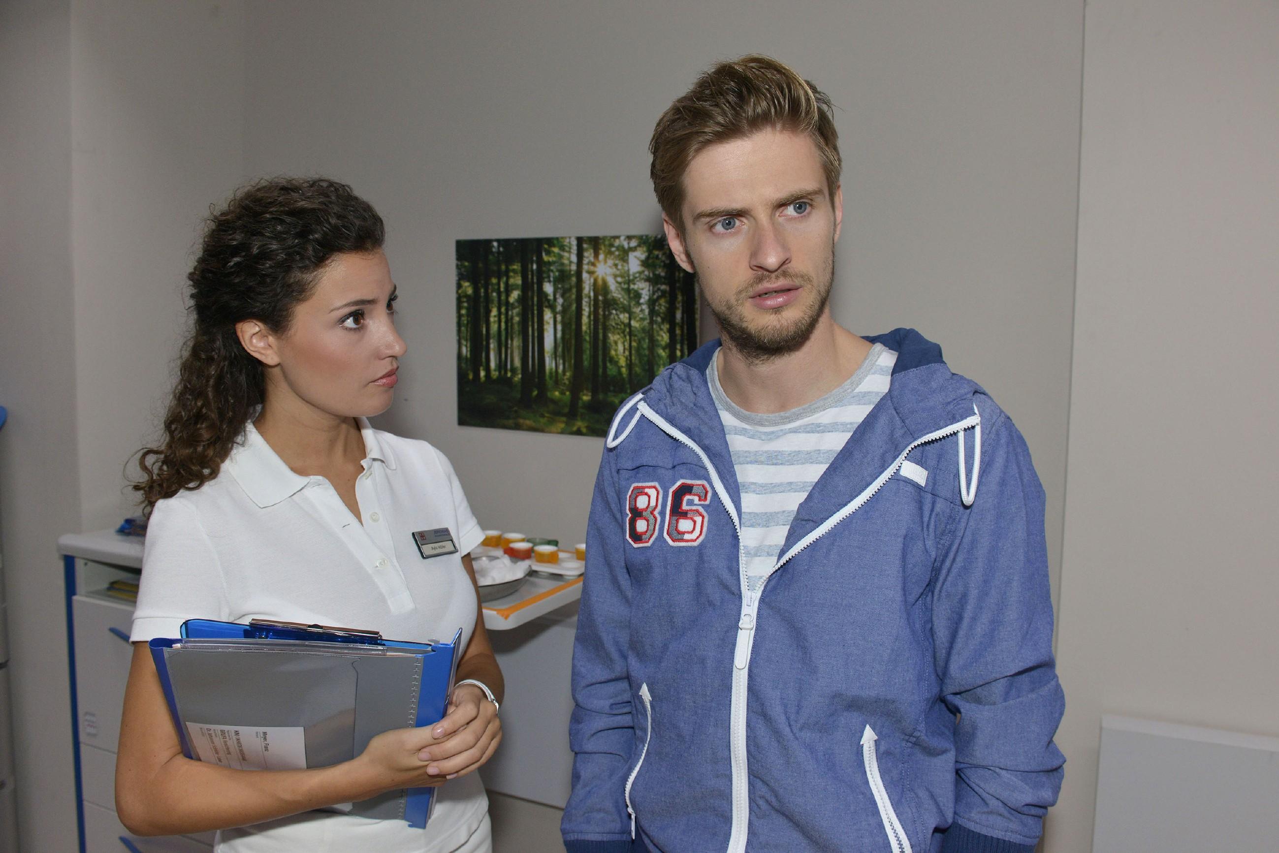 Philip (Jörn Schlönvoigt) erfährt von Ayla (Nadine Menz), dass in seinem Namen verschreibungspflichtige Medikamente gekauft wurden - der Betrüger hat also wieder zugeschlagen...