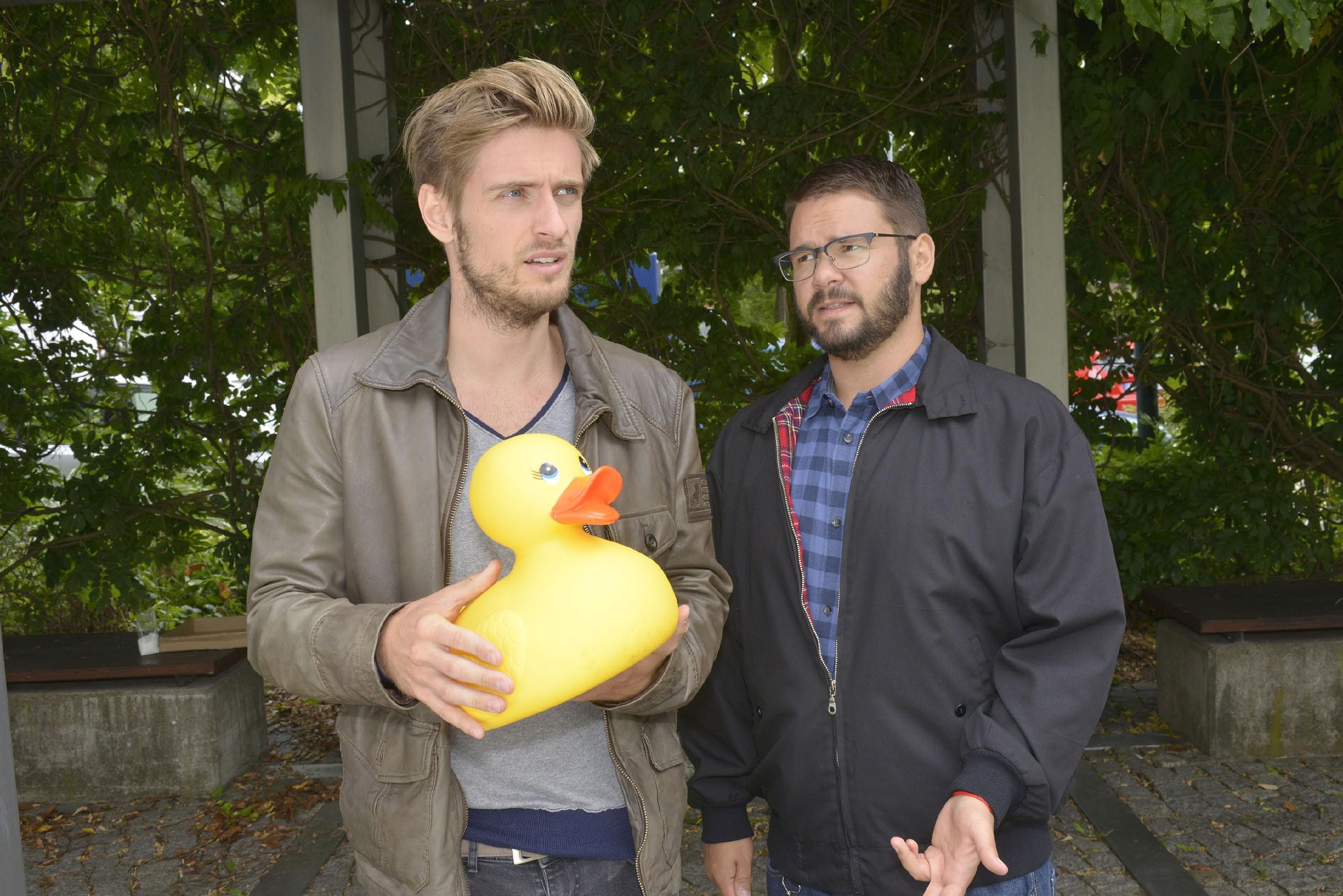 Philip (Jörn Schlönvoigt, l.) und Tuner (Thomas Drechsel) fragen sich, was ist mit der scheinbar harmlosen Plastikente auf sich hat.