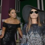 Jasmin (Janina Uhse), l.) und Emily (Anne Menden) sind fassungslos, dass sie beim Fashion-Award disqualifiziert wurden.