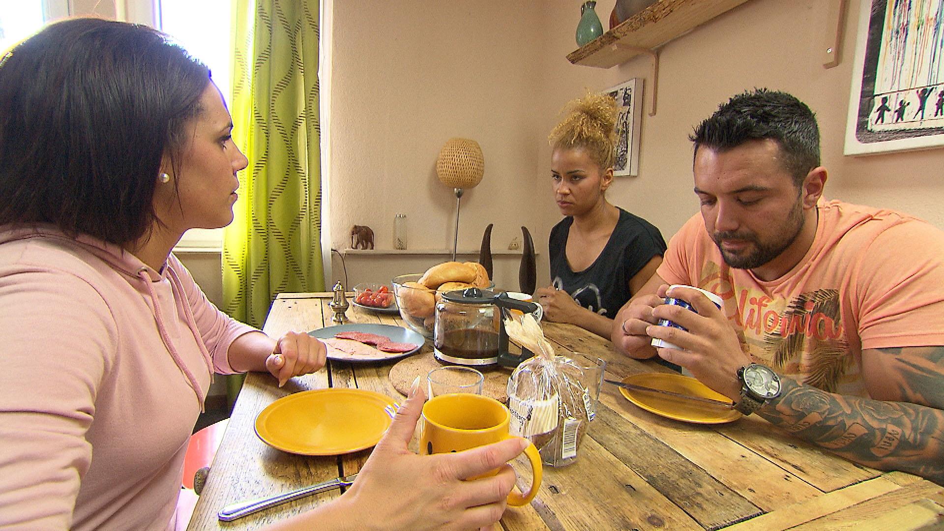 Sophia (li.) bereut, dass sie Manu (re.) und Sam (mi.) angeboten hat, vorübergehend in die WG zu ziehen. (Quelle: RTL 2)