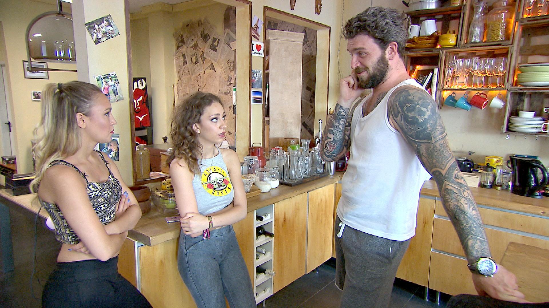 Alex,re. merkt, dass ein Zusammenleben mit Elli,Mi. und Lina,li. im Loft wohl doch anstrengend wird. (Quelle: RTL 2)
