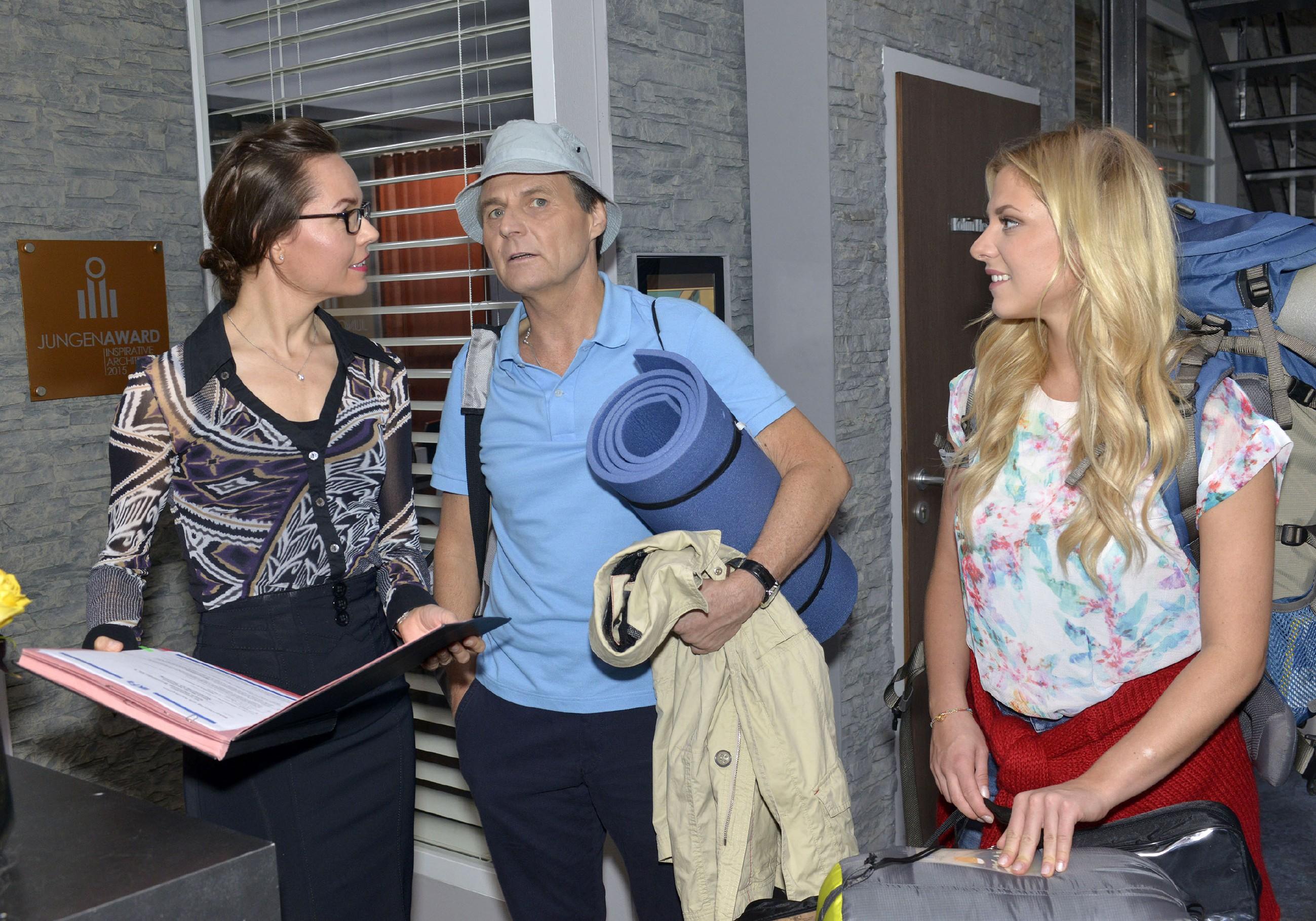 Andrea Heinrichs (Yvonne Ernicke, l.) verabschiedet Gerner (Wolfgang Bahro) und Sunny (Valentina Pahde), die zu ihrem Campingausflug aufbrechen. (Quelle: RTL / Rolf Baumgartner)