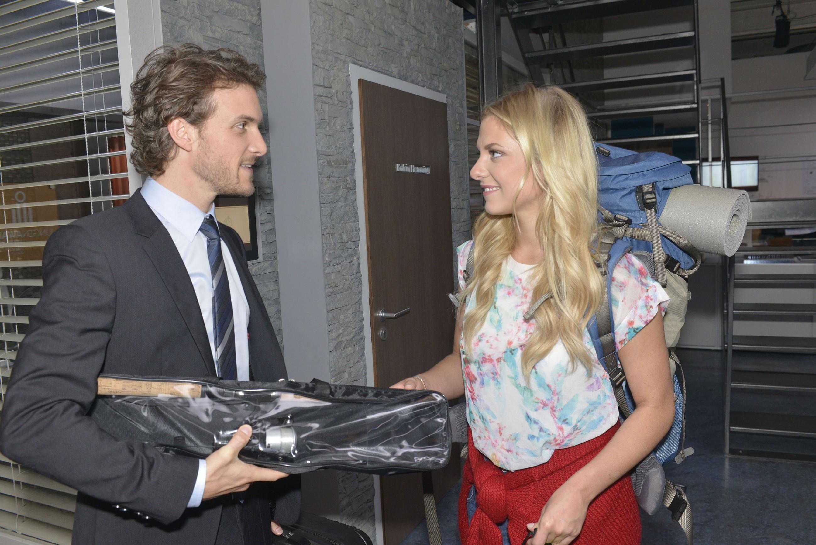 Felix (Thaddäus Meilinger) gibt Sunny (Valentina Pahde) gegenüber vor, keine Probleme mit seinem Bruder Chris zu haben. (Quelle: RTL / Rolf Baumgartner)
