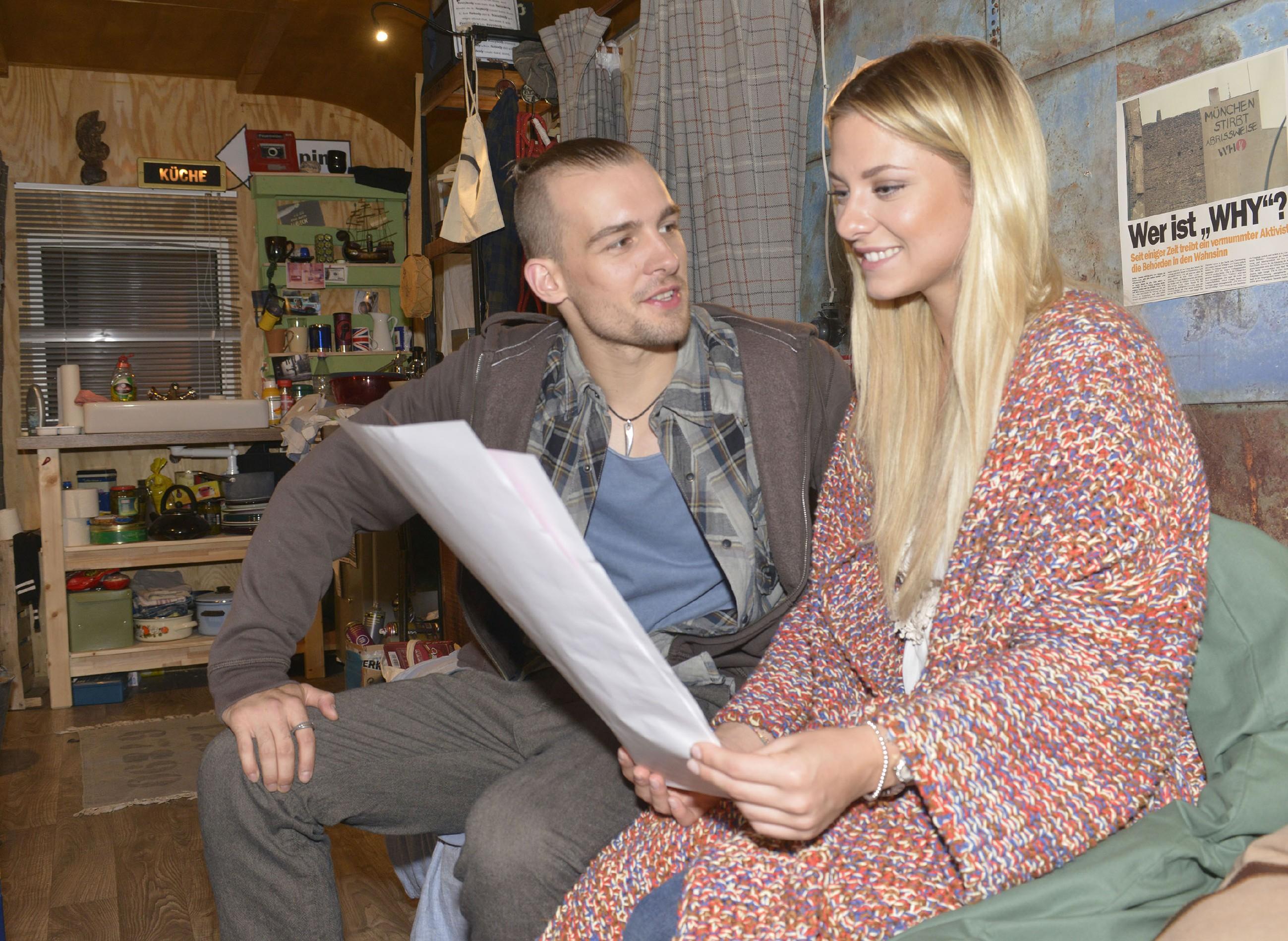 Chris (Eric Stehfest) freut sich, dass Sunny (Valentina Pahde) ihn unterstützen möchte. (Quelle: RTL / Rolf Baumgartner)