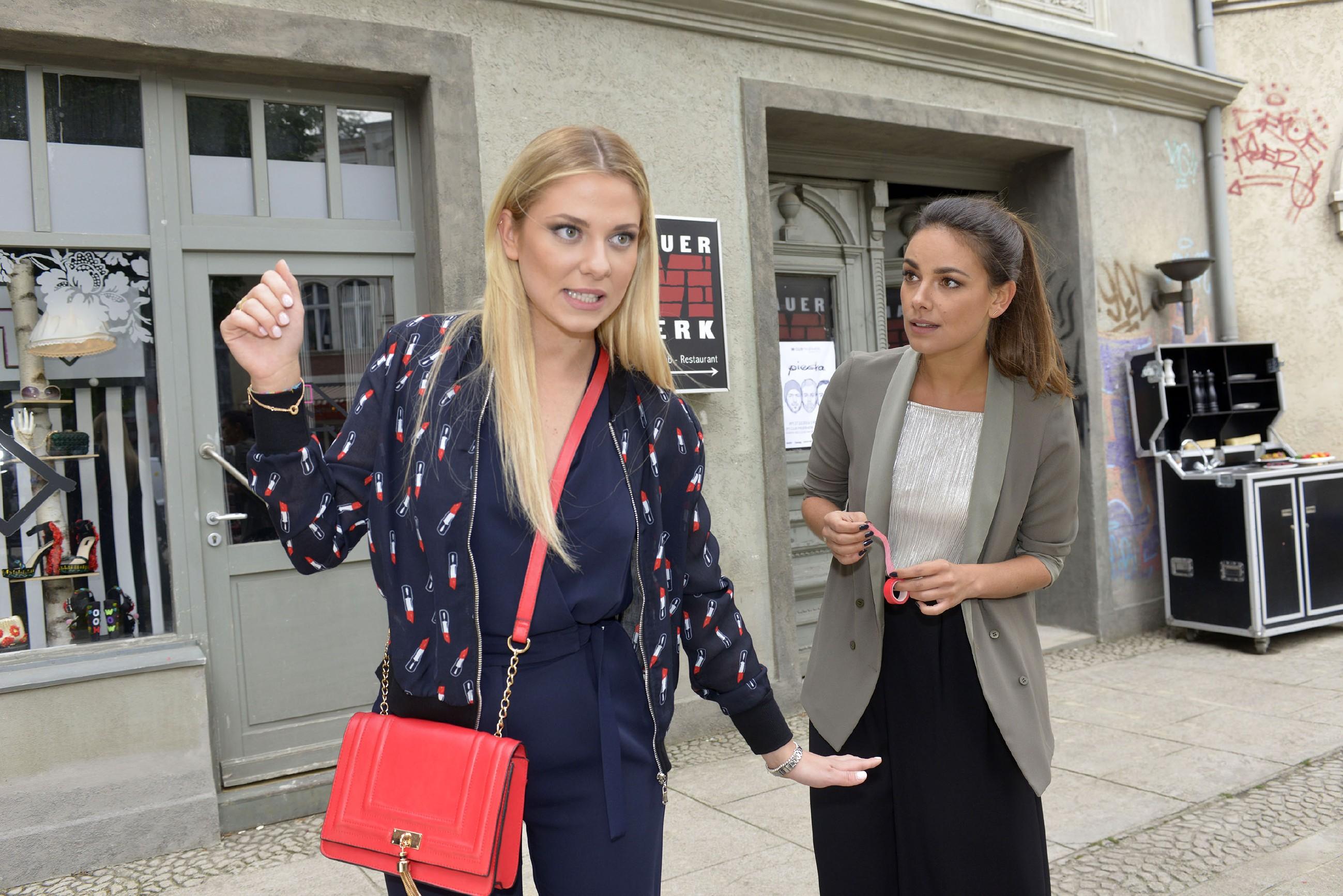 Jasmin (Janina Uhse, r.) fragt sich, warum Sunny (Valentina Pahde) so nervös ist. (Quelle: RTL / Rolf Baumgartner)