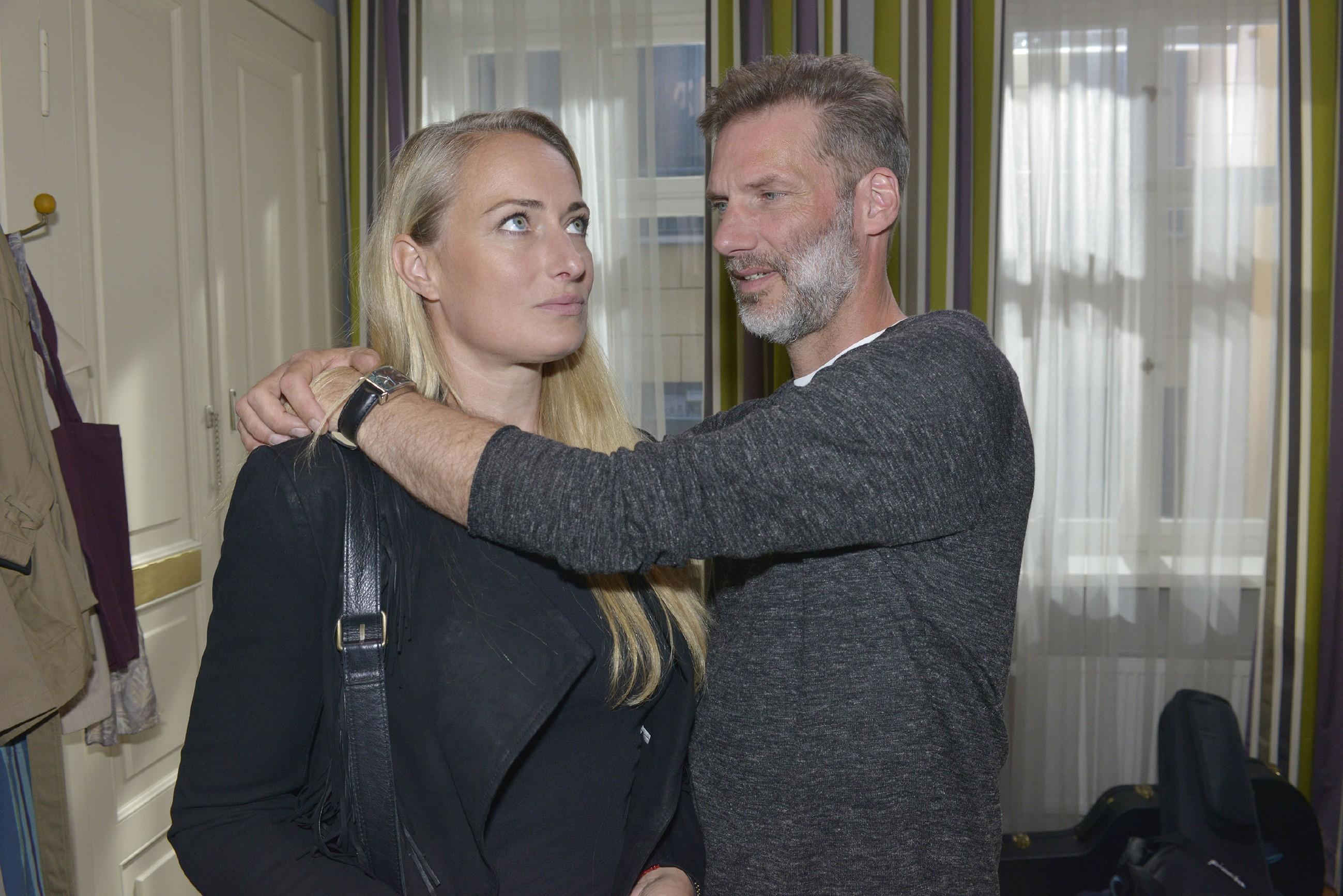 Maren (Eva Mona Rodekirchen) und Alexander (Clemens Löhr) hoffen, dass der Auftritt der Newcomer-Band im Mauerwerk ein Erfolg wird. (Quelle: RTL / Rolf Baumgartner)