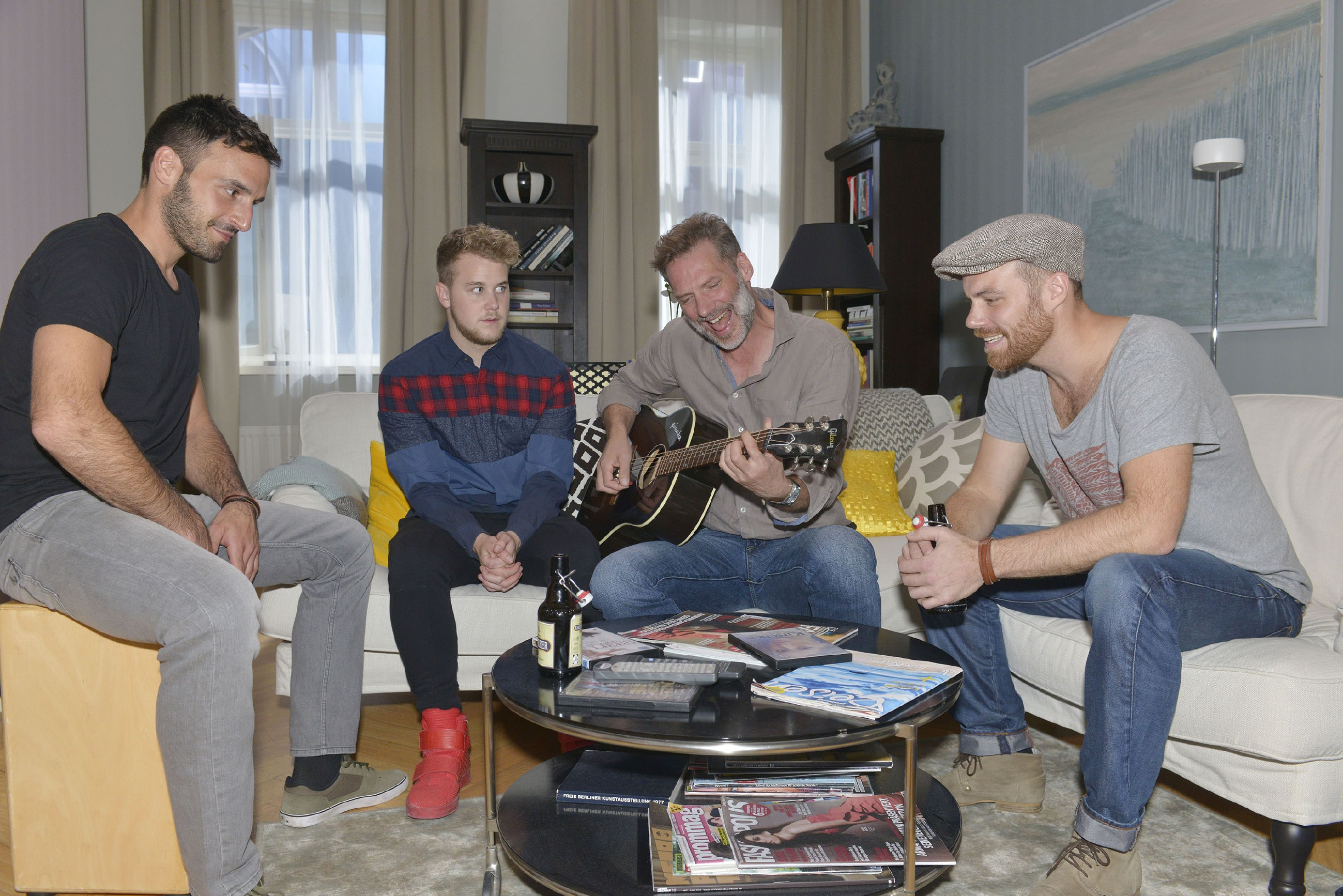 Als die Piesk-Bandmitglieder Ben (l.) und Berni (r.) spontan mit Alexander (Clemens Löhr, 2.v.r.) jammen, ist das Jonas (Felix van Deventer) eher peinlich. (Quelle: RTL / Rolf Baumgartner)