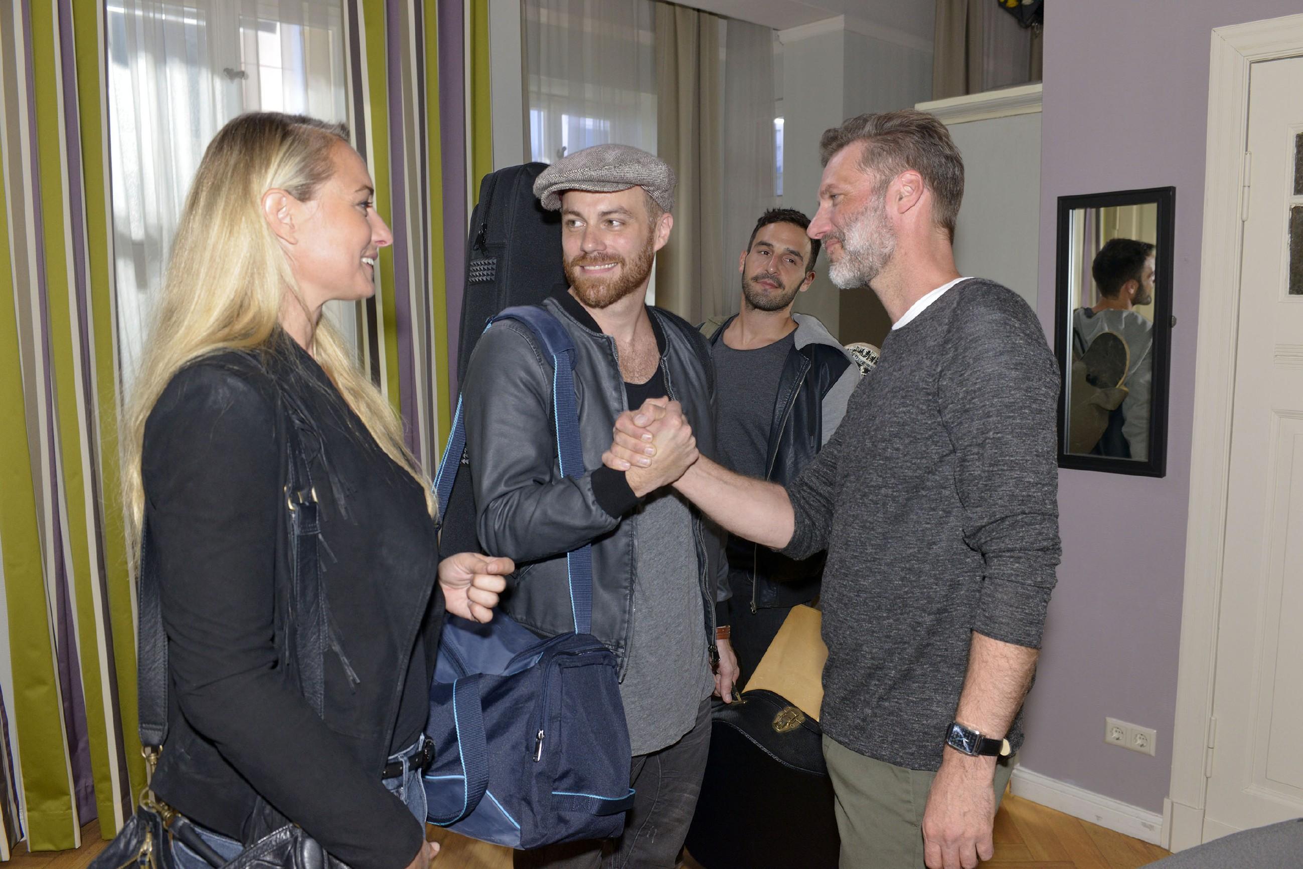 """Maren (Eva Mona Rodekirchen) hat die""""Pieska""""-Bandmitglieder Berni (2.v.l.) und Ben (2.v.r.) kurzerhand bei sich zu Hause einquartiert, sehr zur Freude von Alexander (Clemens Löhr). (Quelle: RTL / Rolf Baumgartner)"""