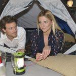 Sunny (Valentina Pahde) baut mit Felix (Thaddäus Meilinger) probehalber das Zelt für ihren Ausflug mit Gerner auf und merkt darüber erneut, wie viel sie und Felix gemeinsam haben. (Quelle: RTL / Rolf Baumgartner)