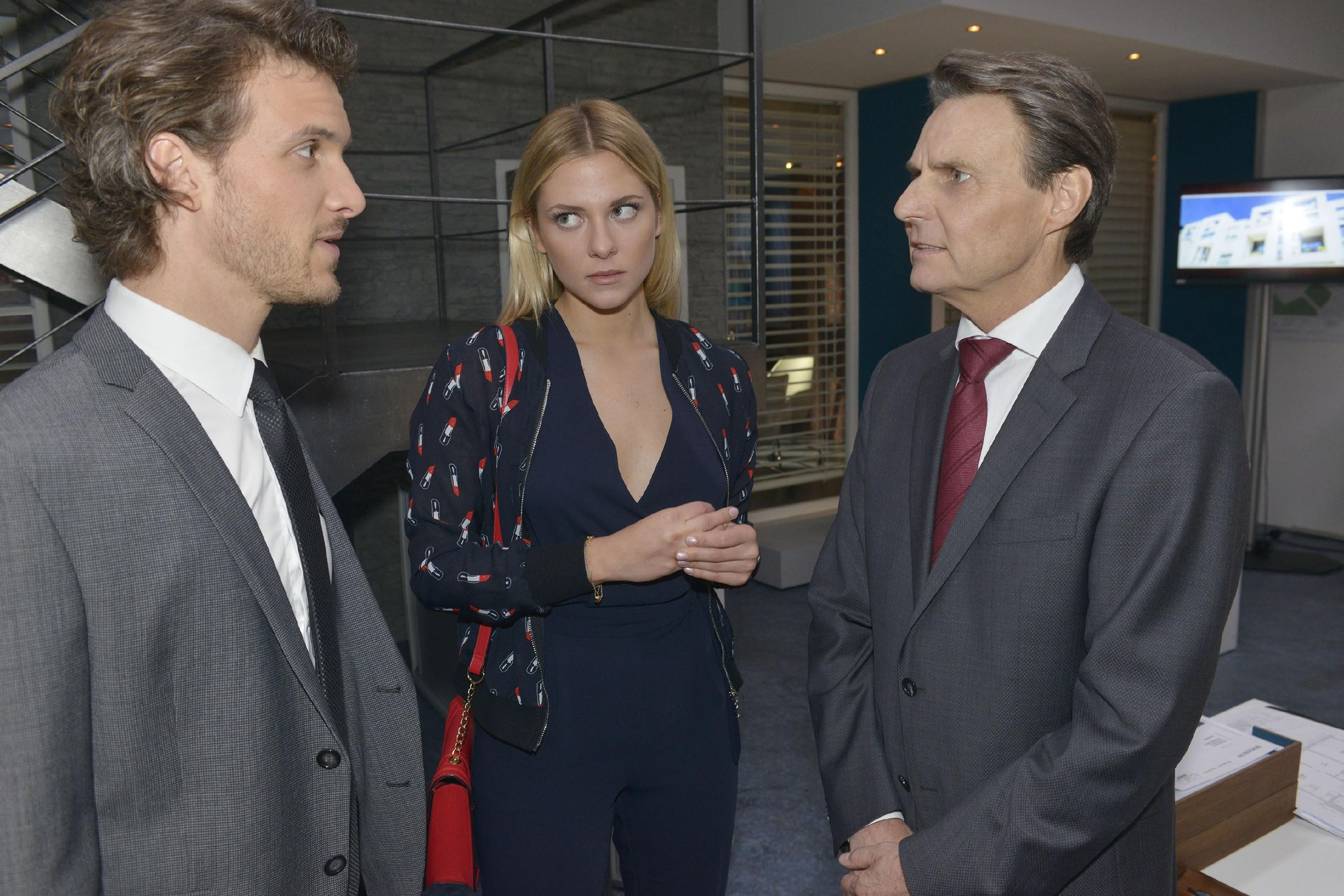 Sunny (Valentina Pahde) bedauert, dass Felix (Thaddäus Meilinger, l.) Gerners (Wolfgang Bahro) Frust ausbaden muss. (Quelle: RTL / Rolf Baumgartner)