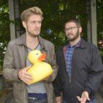 Philip (Jörn Schlönvoigt, l.) und Tuner (Thomas Drechsel) fragen sich, was ist mit der scheinbar harmlosen Plastikente auf sich hat. (Quelle: RTL / Rolf Baumgartner)