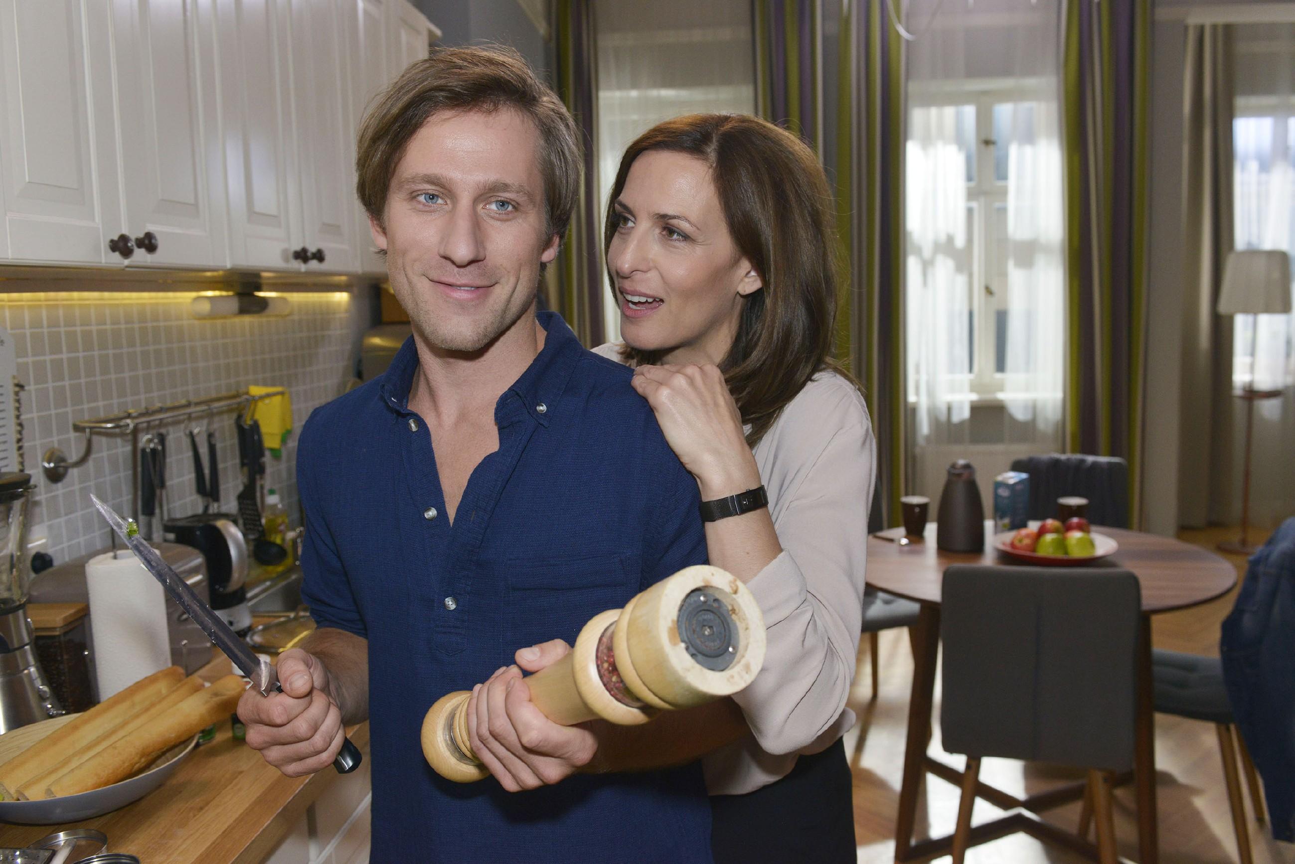 Katrin (Ulrike Frank) ist glücklich, dass Bommel (Merlin Leonhardt) ihr eine zweite Chance gibt. (Quelle: RTL / Rolf Baumgartner)